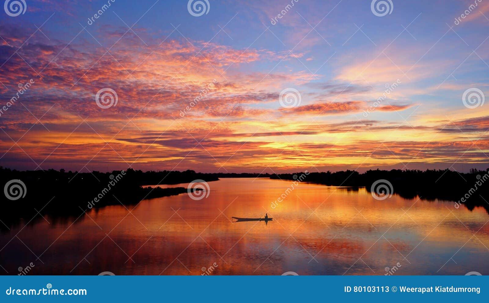 Opinião do rio com nascer do sol