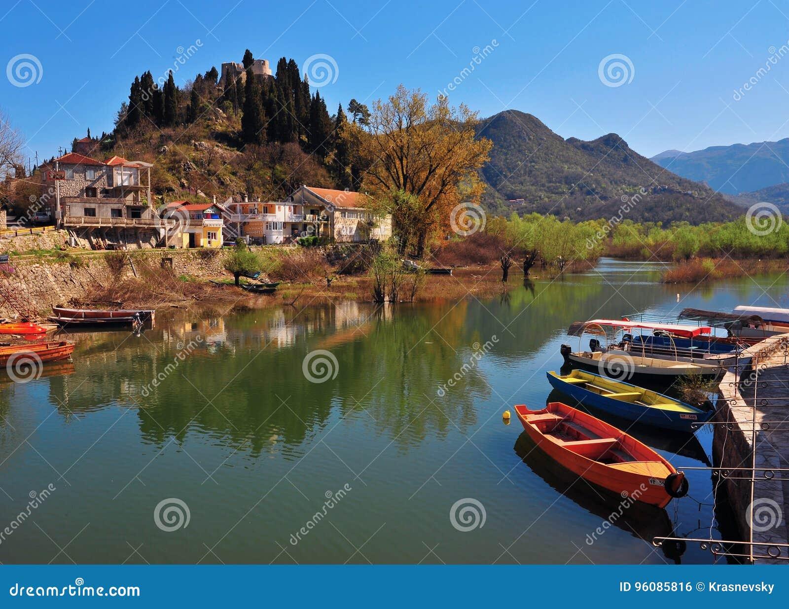 Opinião do verão da cidade de Virpazar no lago Skadar