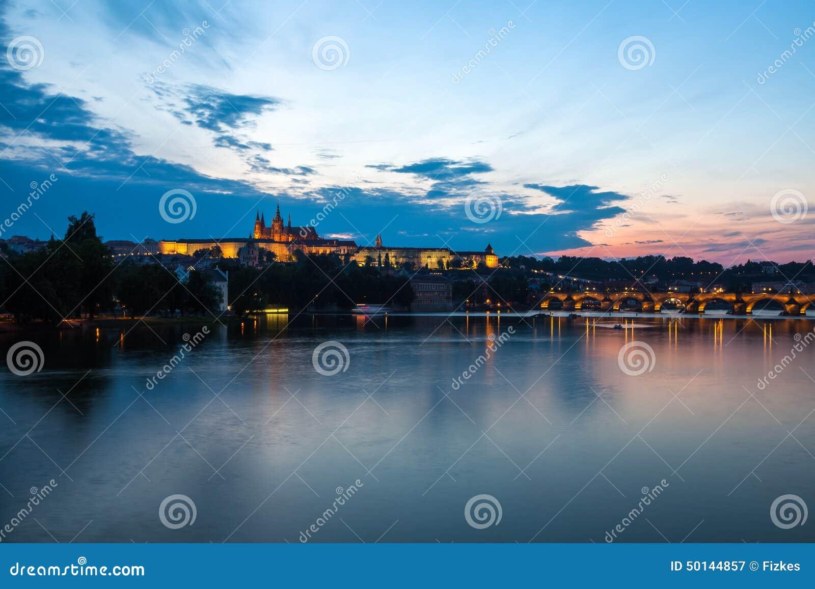 Opinião geral da noite de Charles Bridge e do distrito do castelo em Prag