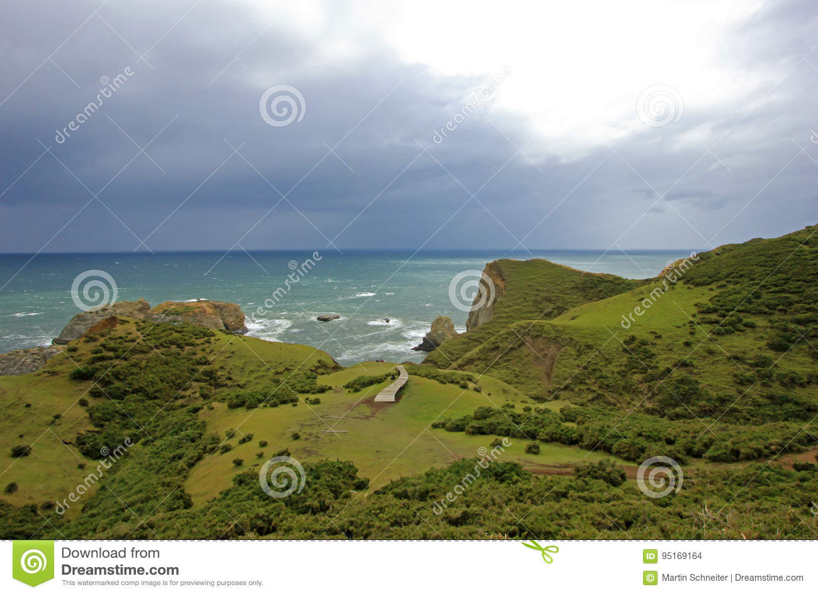 Opinião litoral o Muelle De Las Almas, oceano no fundo, ilha de Chiloe, o Chile