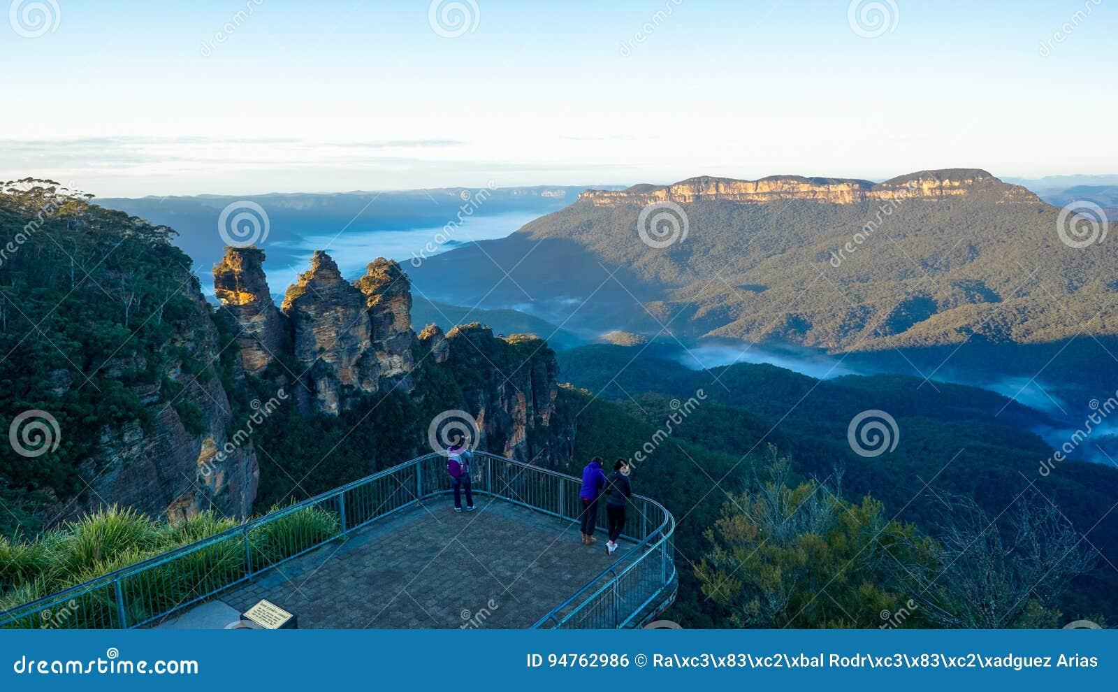 Opinião a montagem solitário e as três irmãs, cordilheira azul das montanhas, Austrália