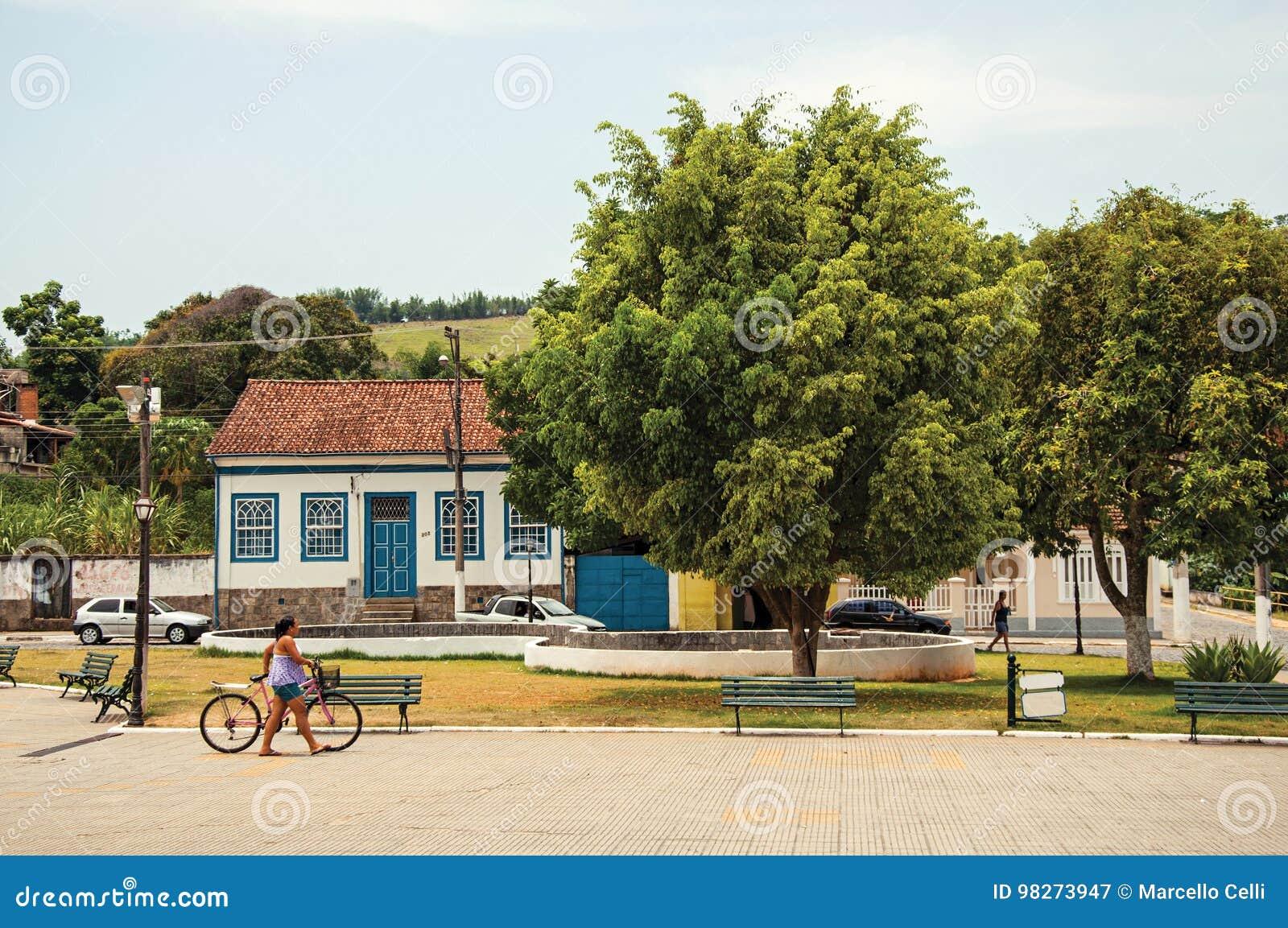 Opinião a mulher que anda com a bicicleta no quadrado de Bananal
