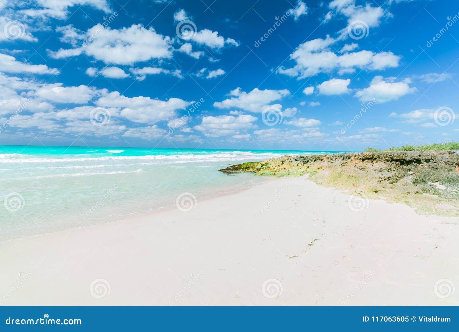 Opinião natural bonita da paisagem da ilha de Santa Maria Cuban, praia tropical, vista impressionante de convite lindo com obscur