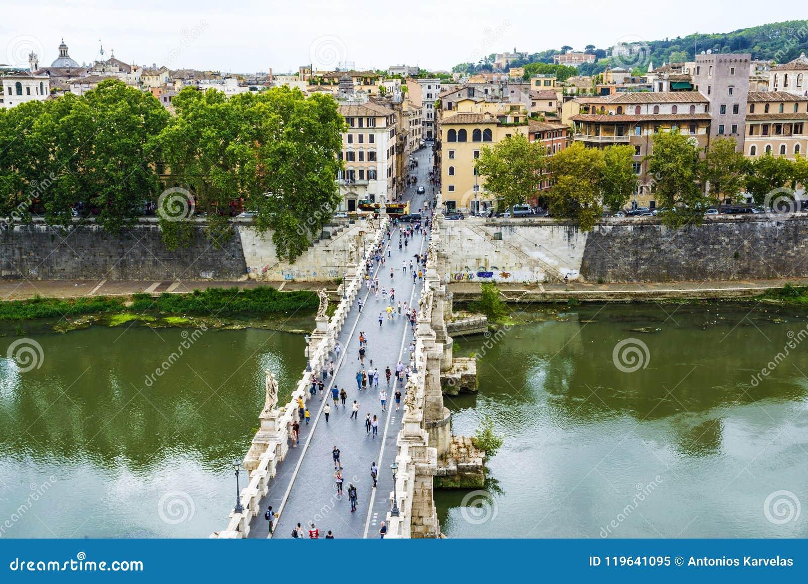 A opinião os povos anda em St Angel Bridge do ` Angelo de Castel Sant na cidade de Roma