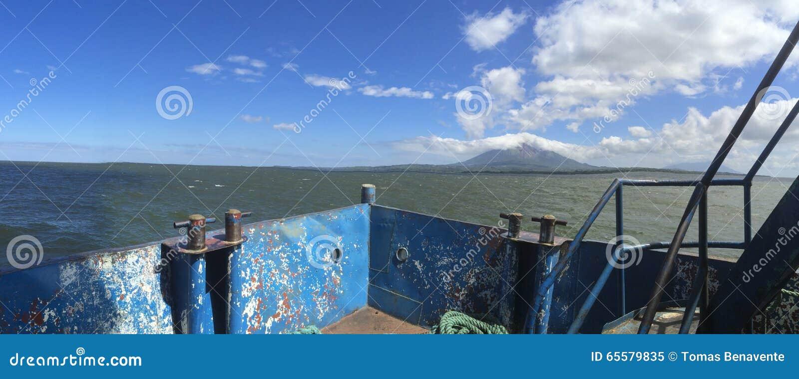 Opinião panorâmico da ilha de Ometepe da balsa