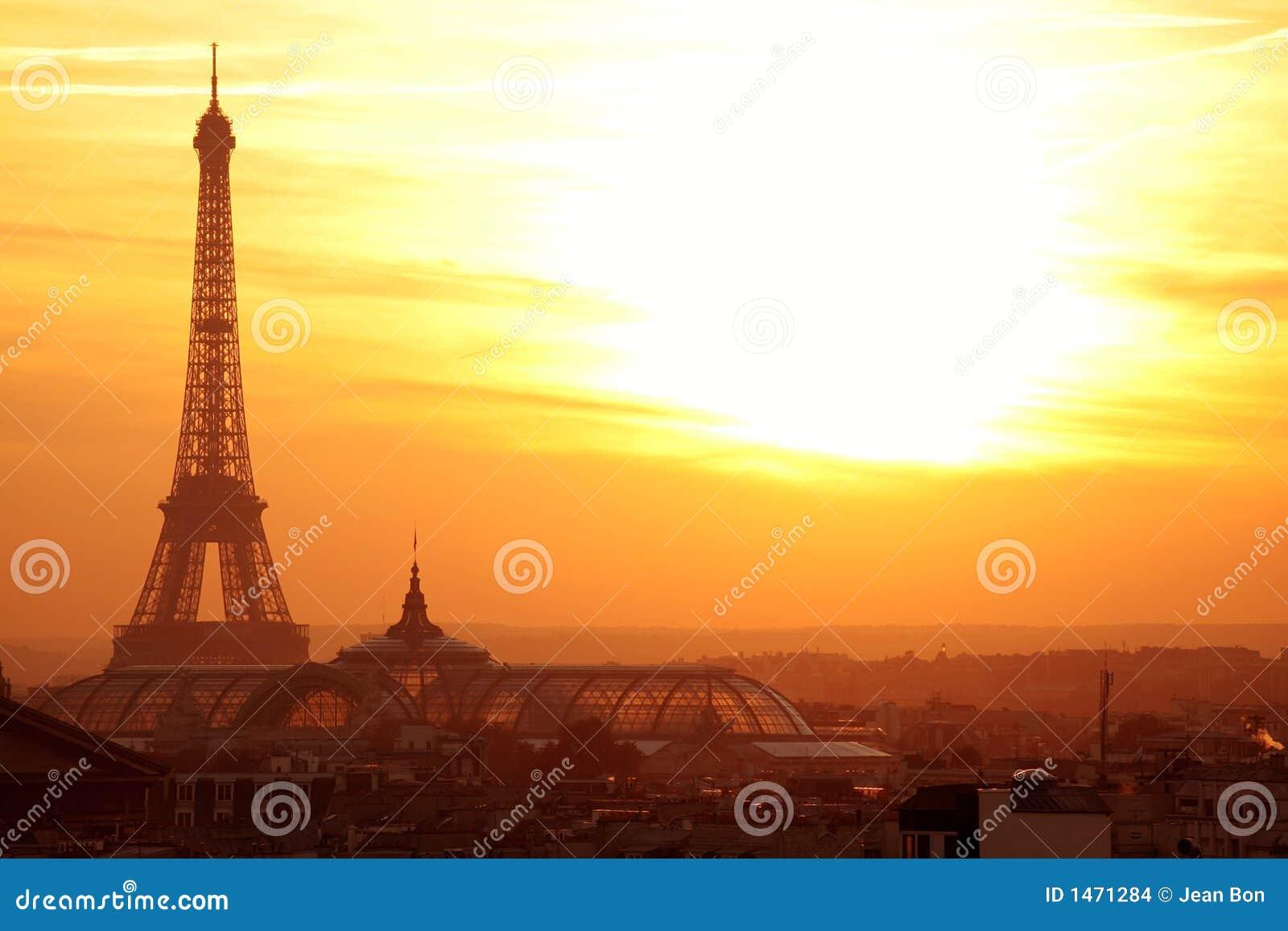 Opinião panorâmico do effel de Paris no por do sol