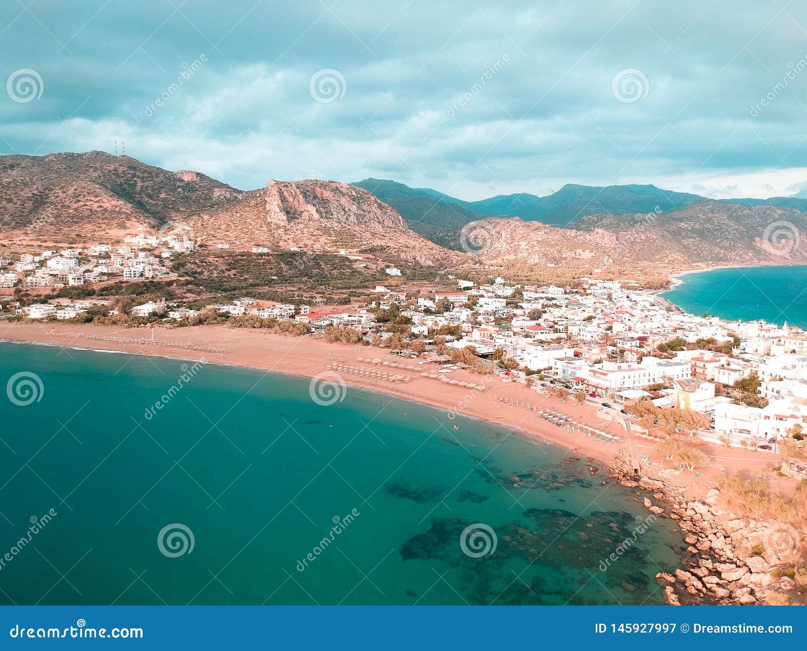 A opinião panorâmico do zangão da cidade pequena em Grécia chamou Paleochora