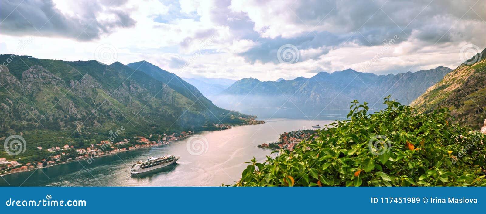 Opinião pitoresca do mar de Boka Kotorska, Montenegro, cidade velha de Kotor Tiro do ar, da fortificação da montanha, ângulo larg