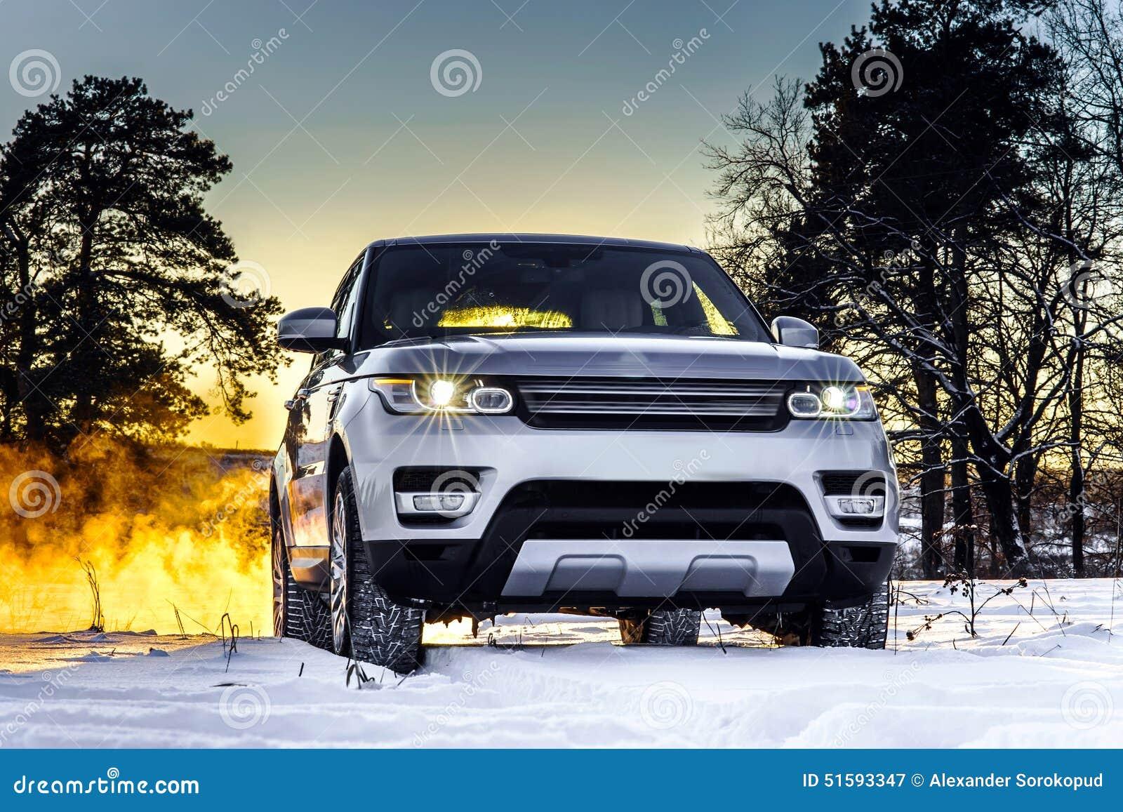Opinião poderosa do carro do offroader no fundo do inverno