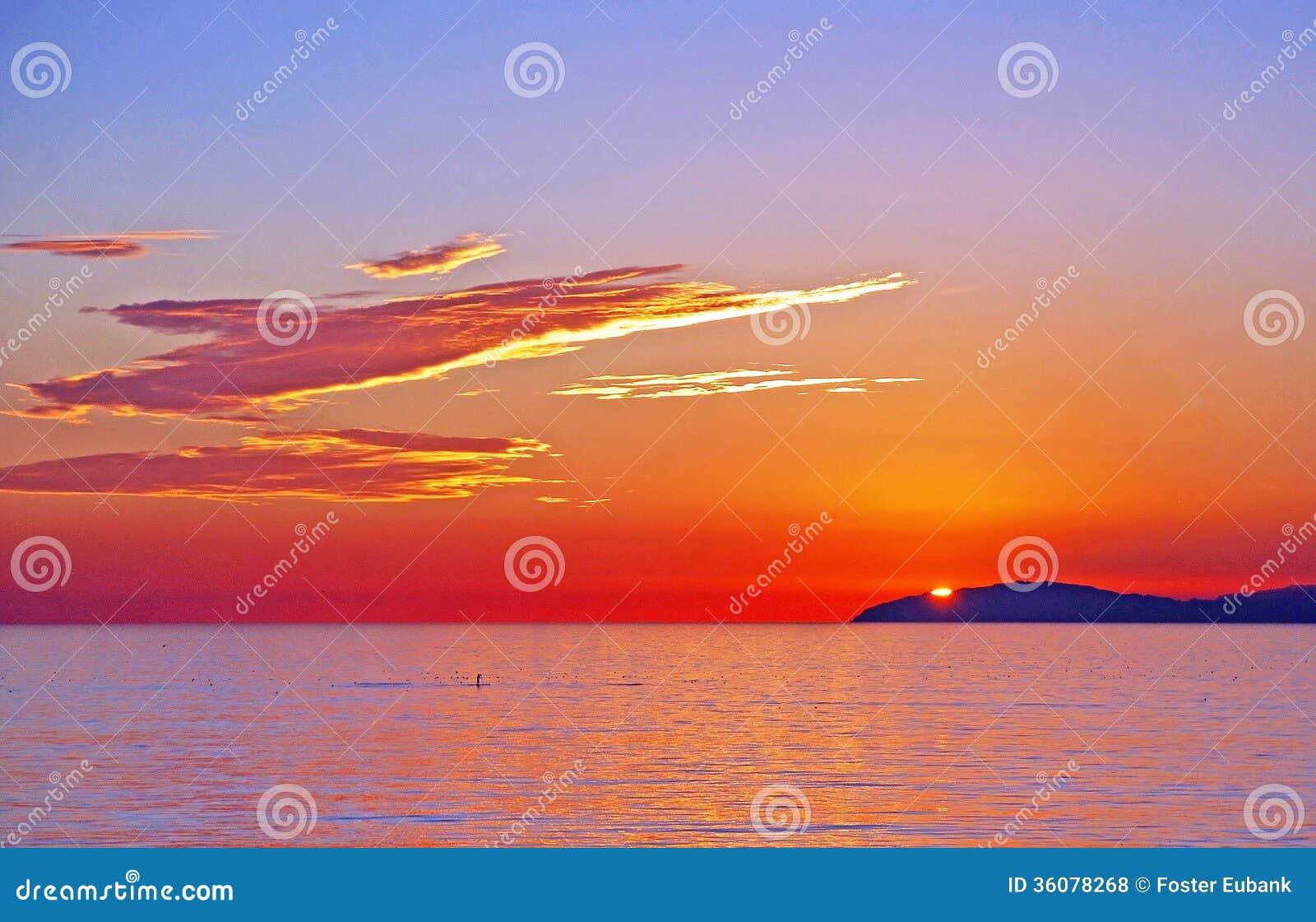Opinião Santa Catalina Island com os pensionistas da pá fora do Laguna Beach, Califórnia do por do sol.