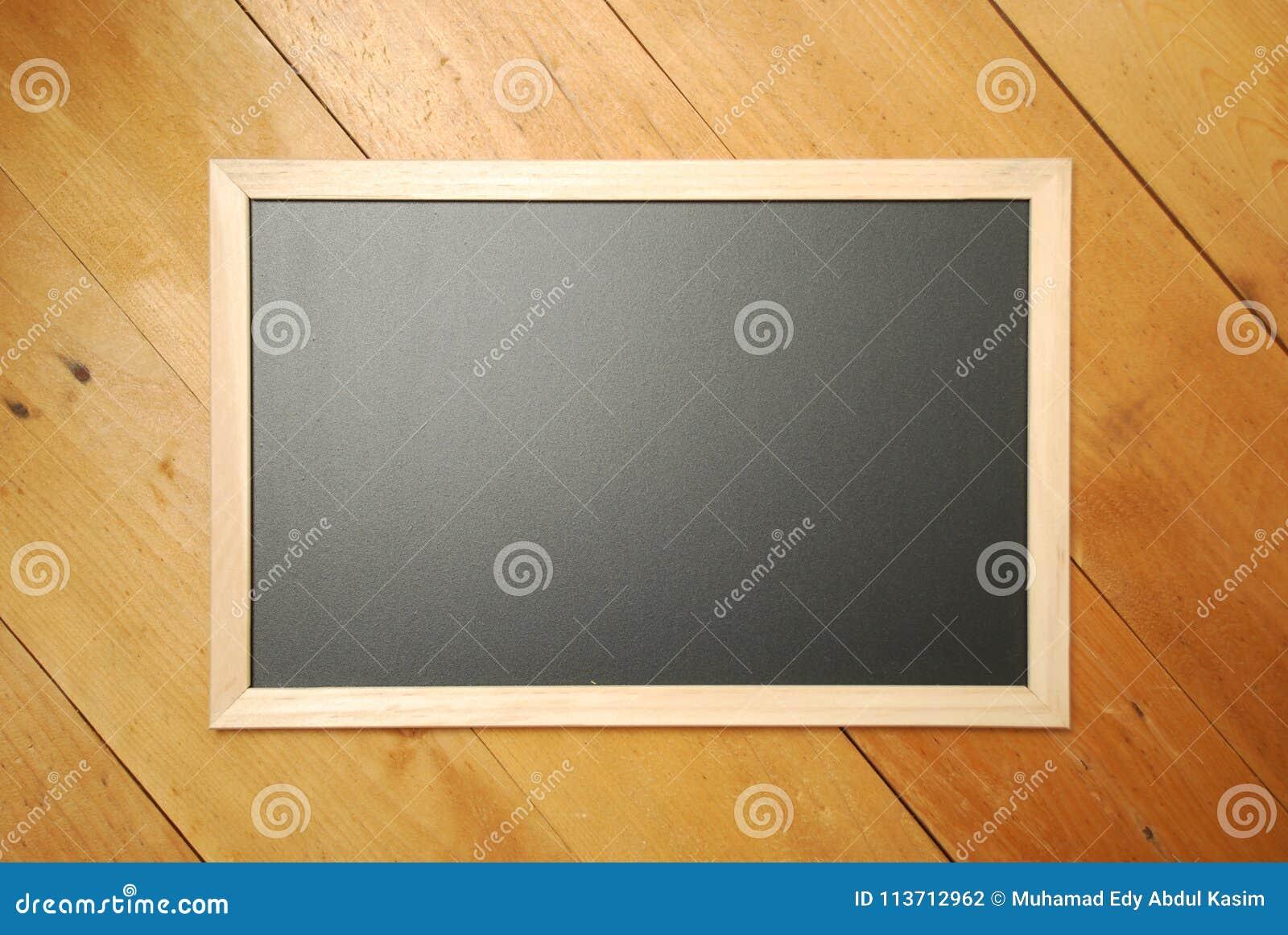 Opinião superior de placa de giz com fundo de madeira