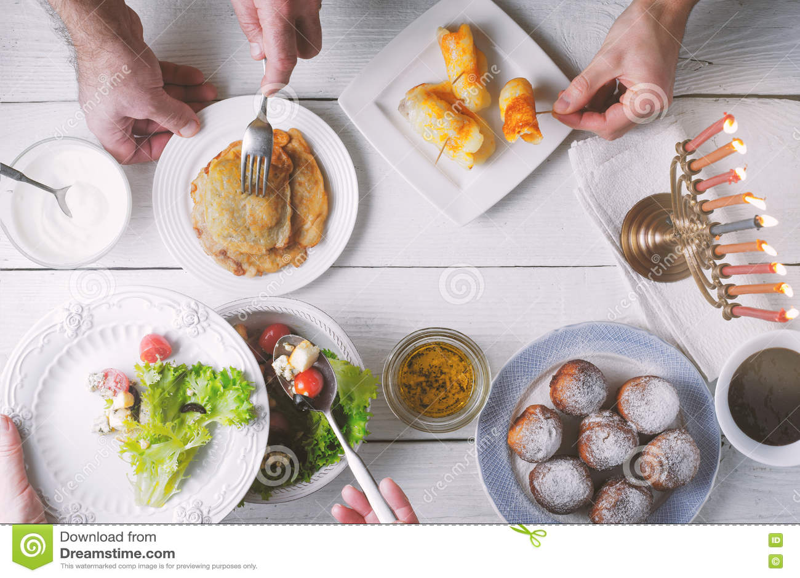Opinião superior do jantar tradicional do Hanukkah