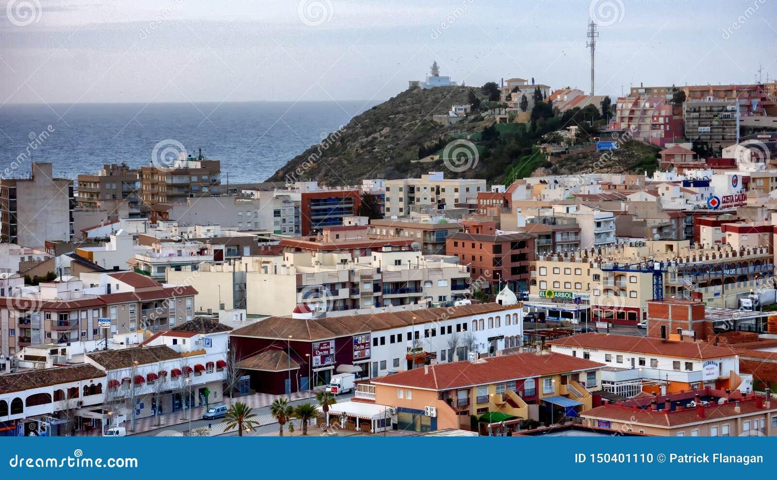 Opinião superior do telhado de uma cidade espanhola com o mar no fundo