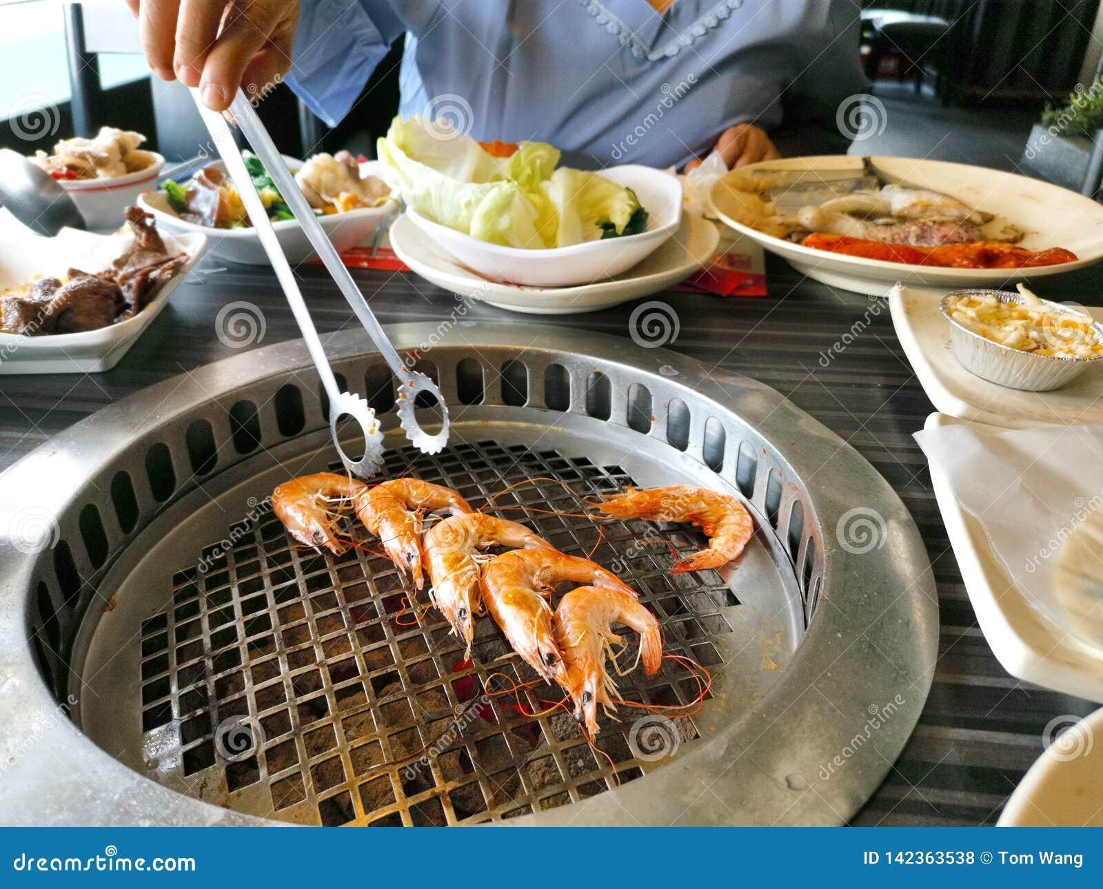 Opinião superior o camarão fresco na grade barbecue