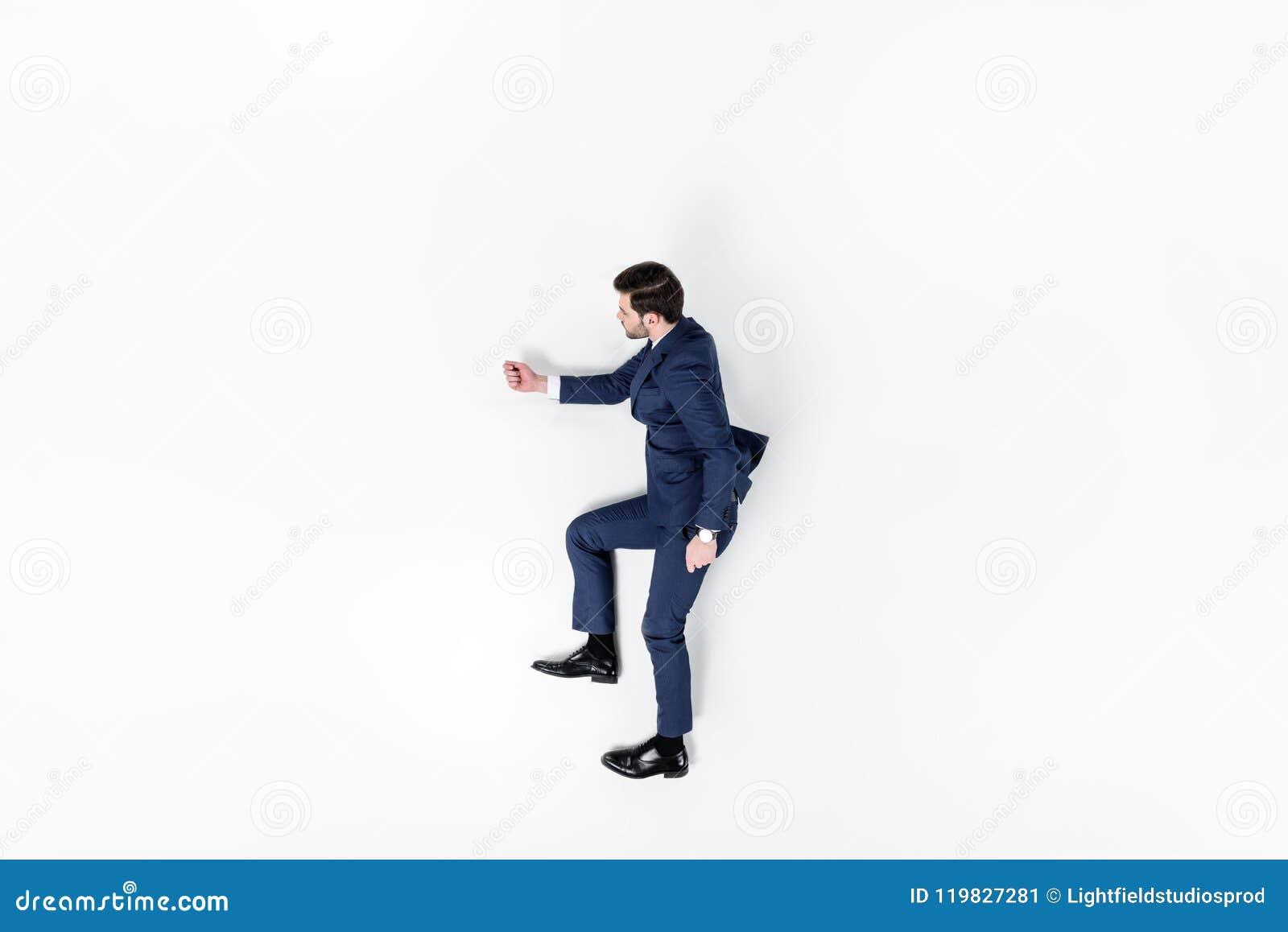 Opinião superior o homem de negócios novo que finge andar em cima