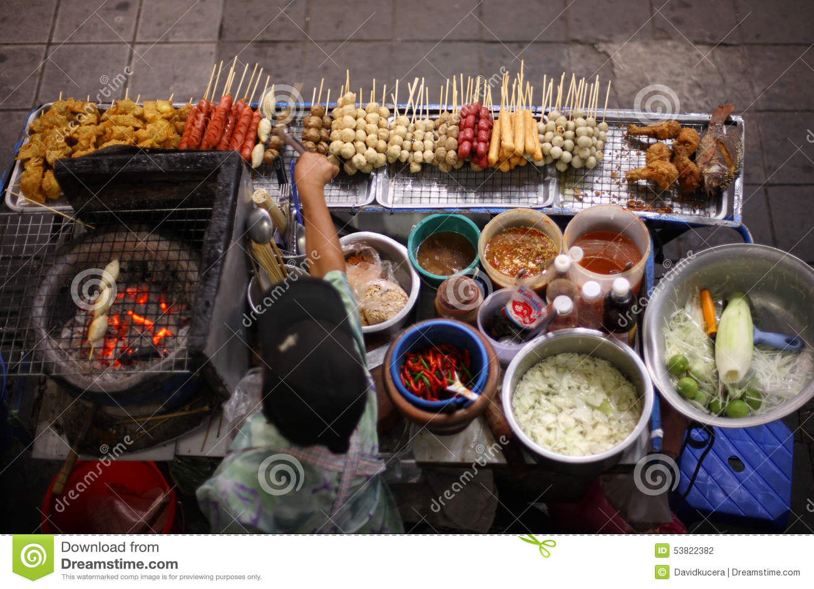 Opinião superior um vendedor de alimento tailandês da rua em Banguecoque