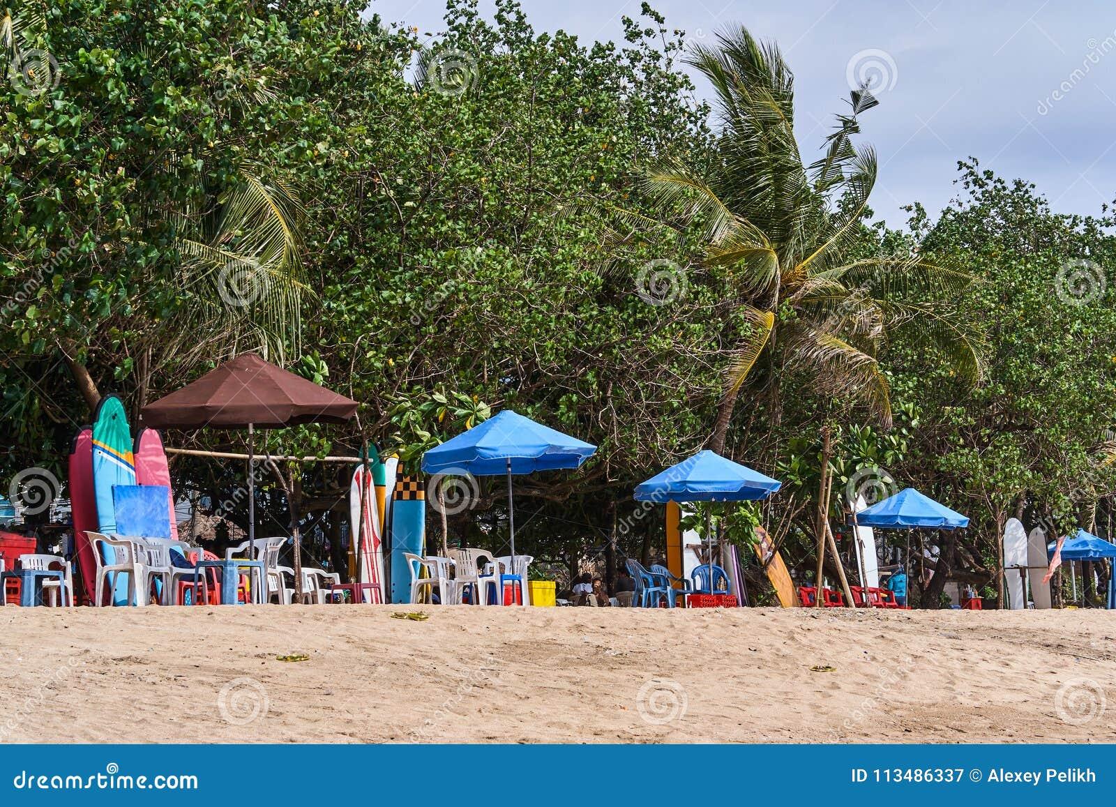 Opinião surfando das barracas da praia de Kuta, ilha de Bali