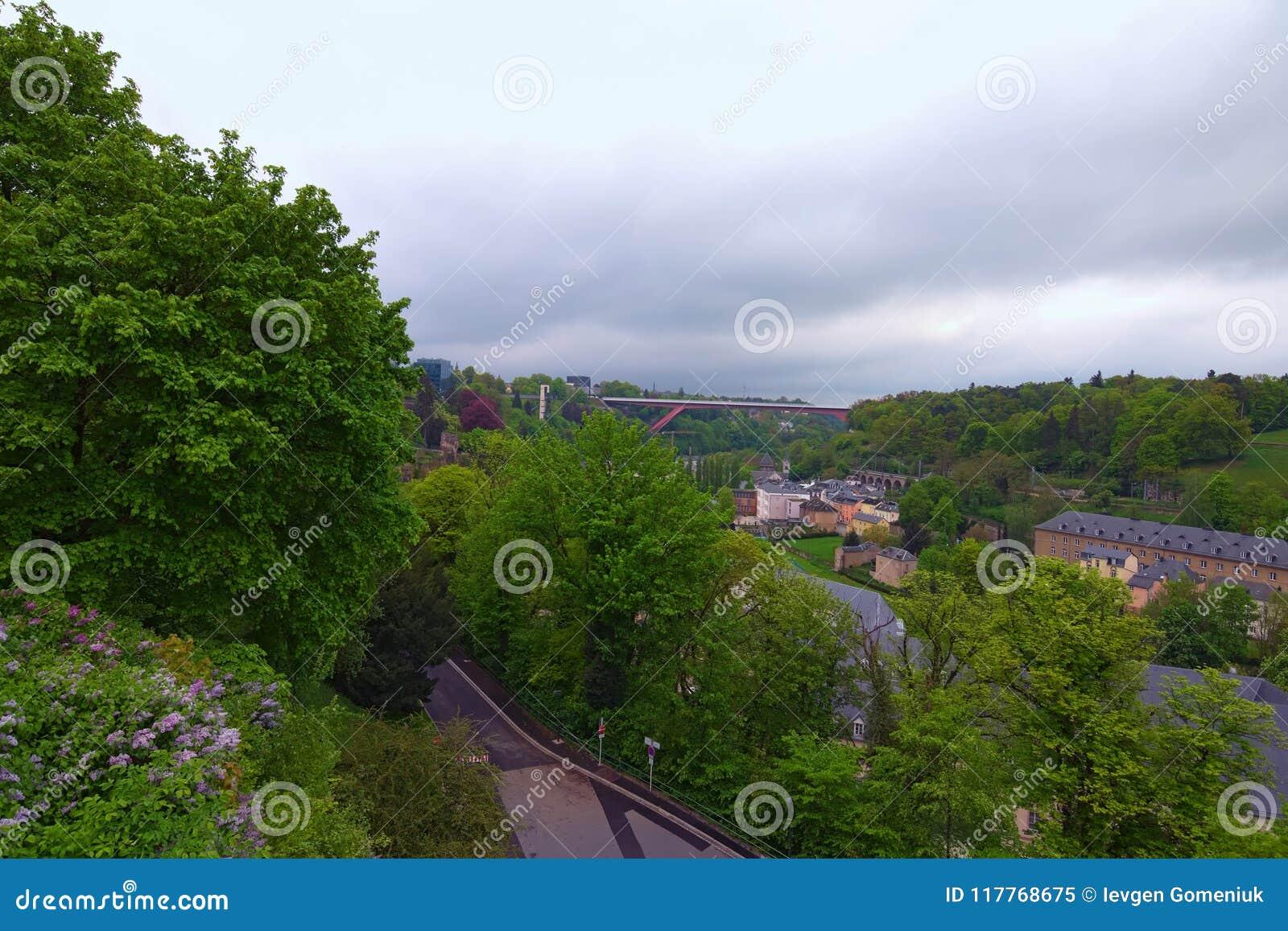 Opinião surpreendente da paisagem da cidade de Luxemburgo velha da cidade da vista superior Grã-duquesa Charlotte Bridge no fundo