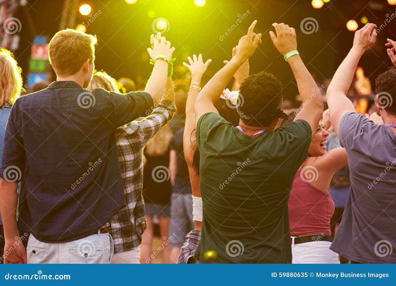 Opinião traseira a audiência em um festival de música