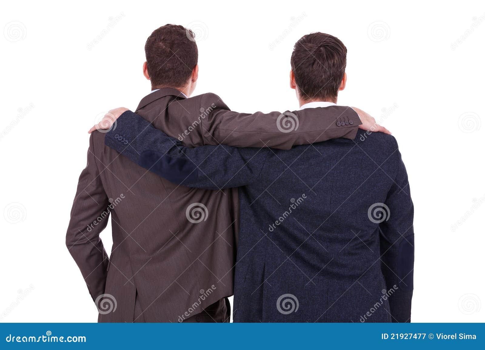 Opinião traseira dois amigos novos dos homens de negócio