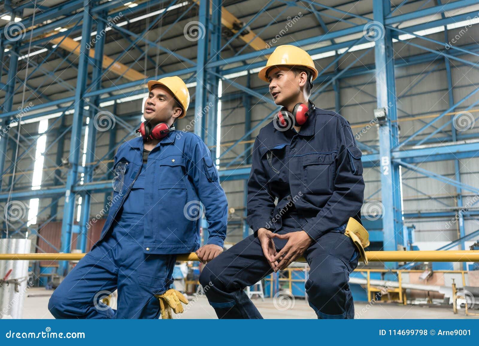 Opinião traseira dois trabalhadores de colarinho azul durante a ruptura