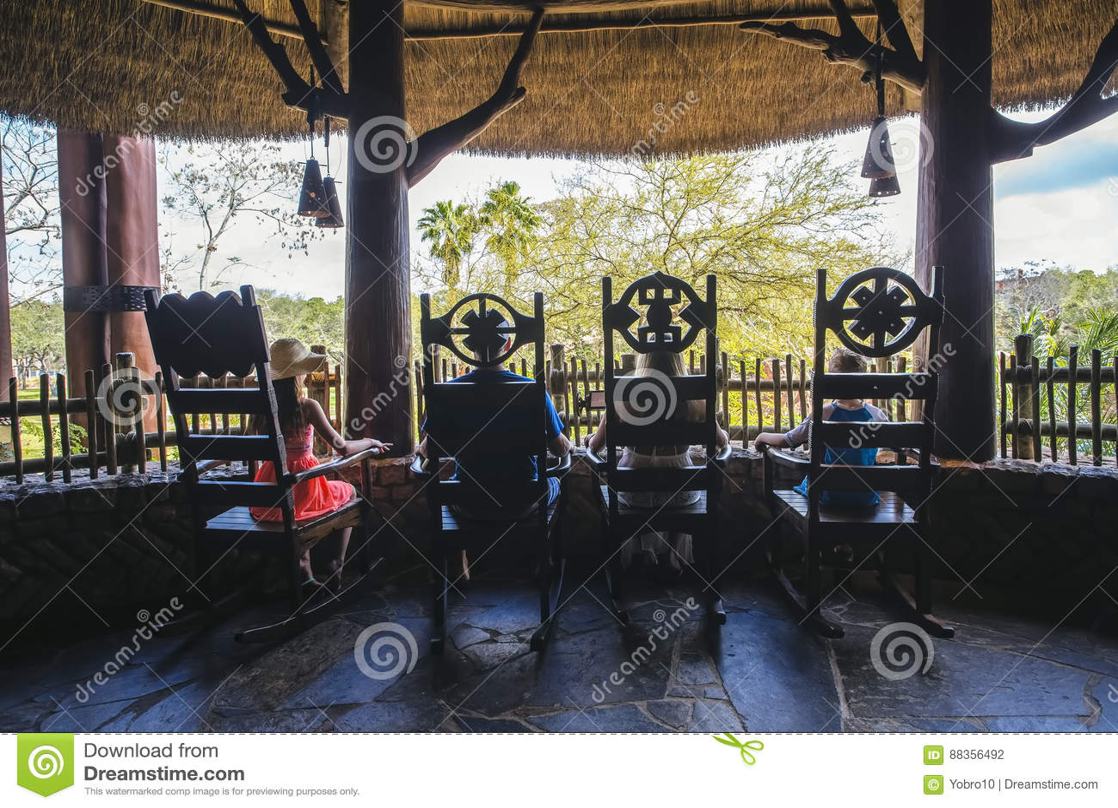 Opinião traseira a família que aprecia umas férias tropicais junto