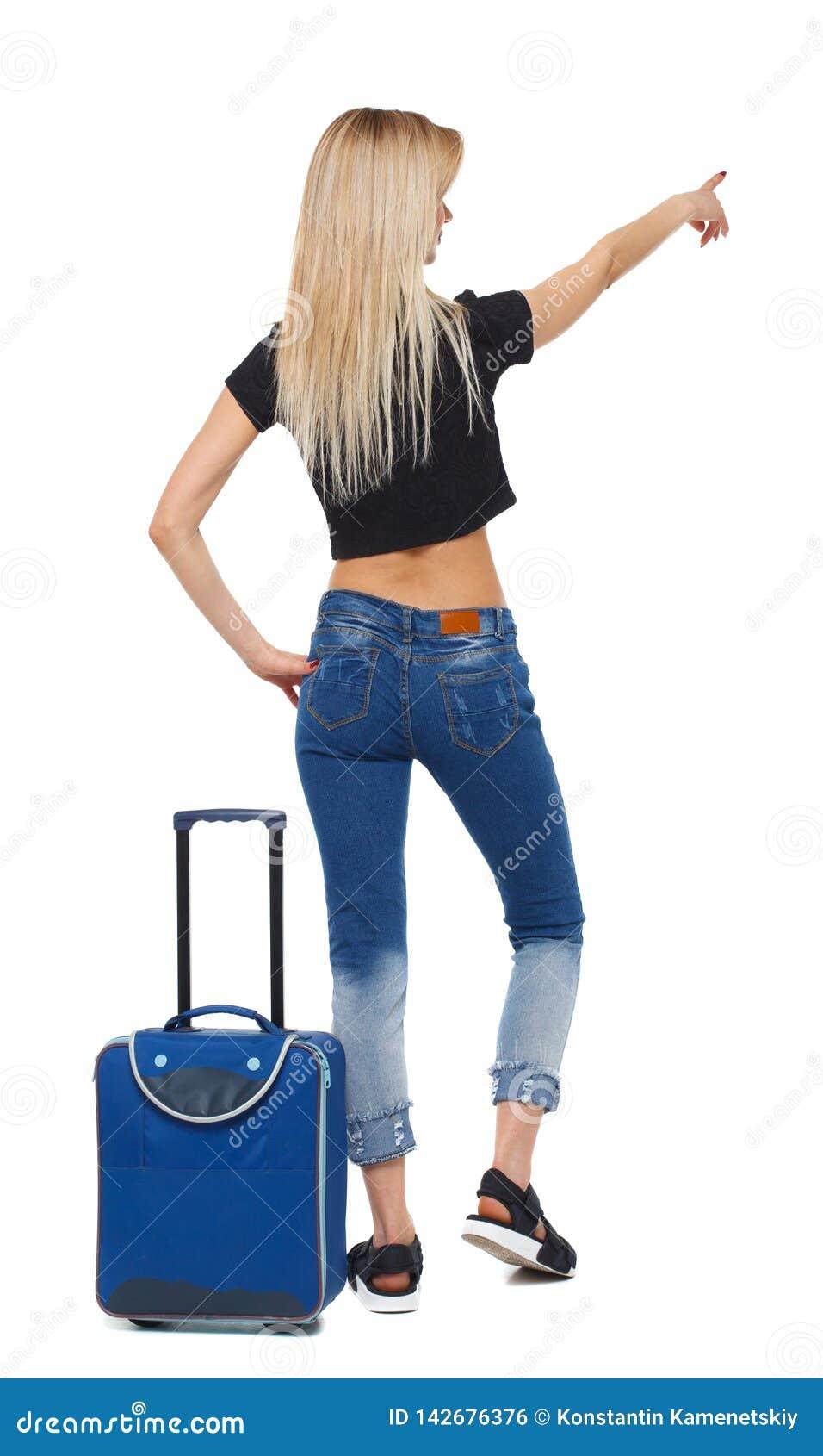 Opinião traseira a mulher apontando com apontar da mala de viagem