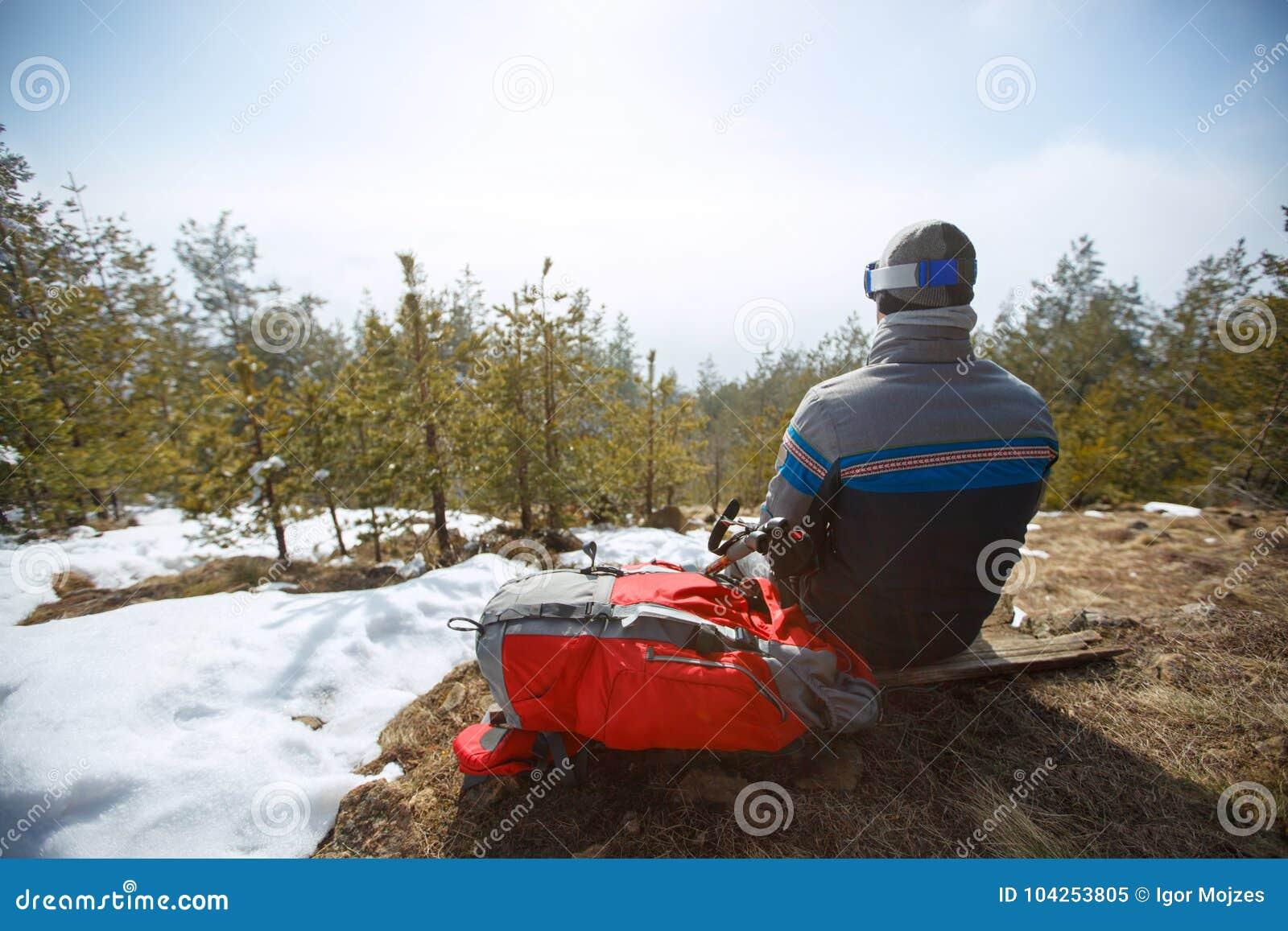 Opinião traseira os alpinistas ao sentar-se e ao descansar