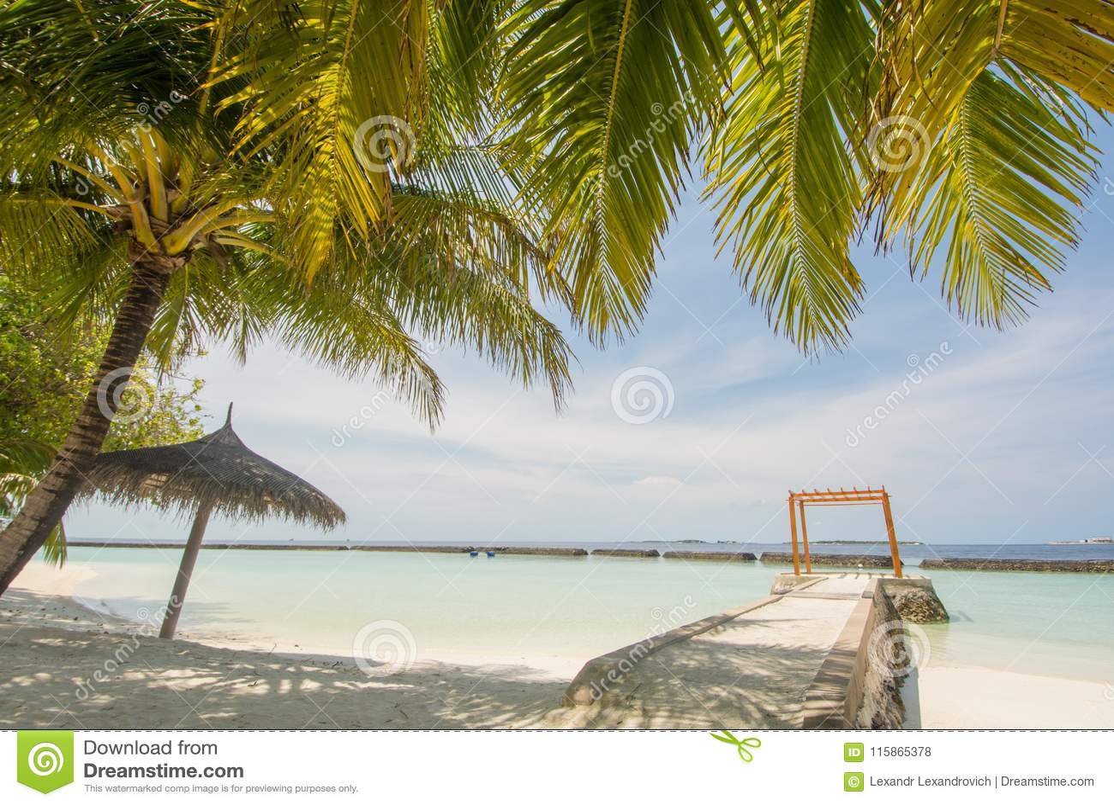 Opinião tropical surpreendente bonita da paisagem da praia do verão com oceano, céu azul, cabana na ilha no recurso