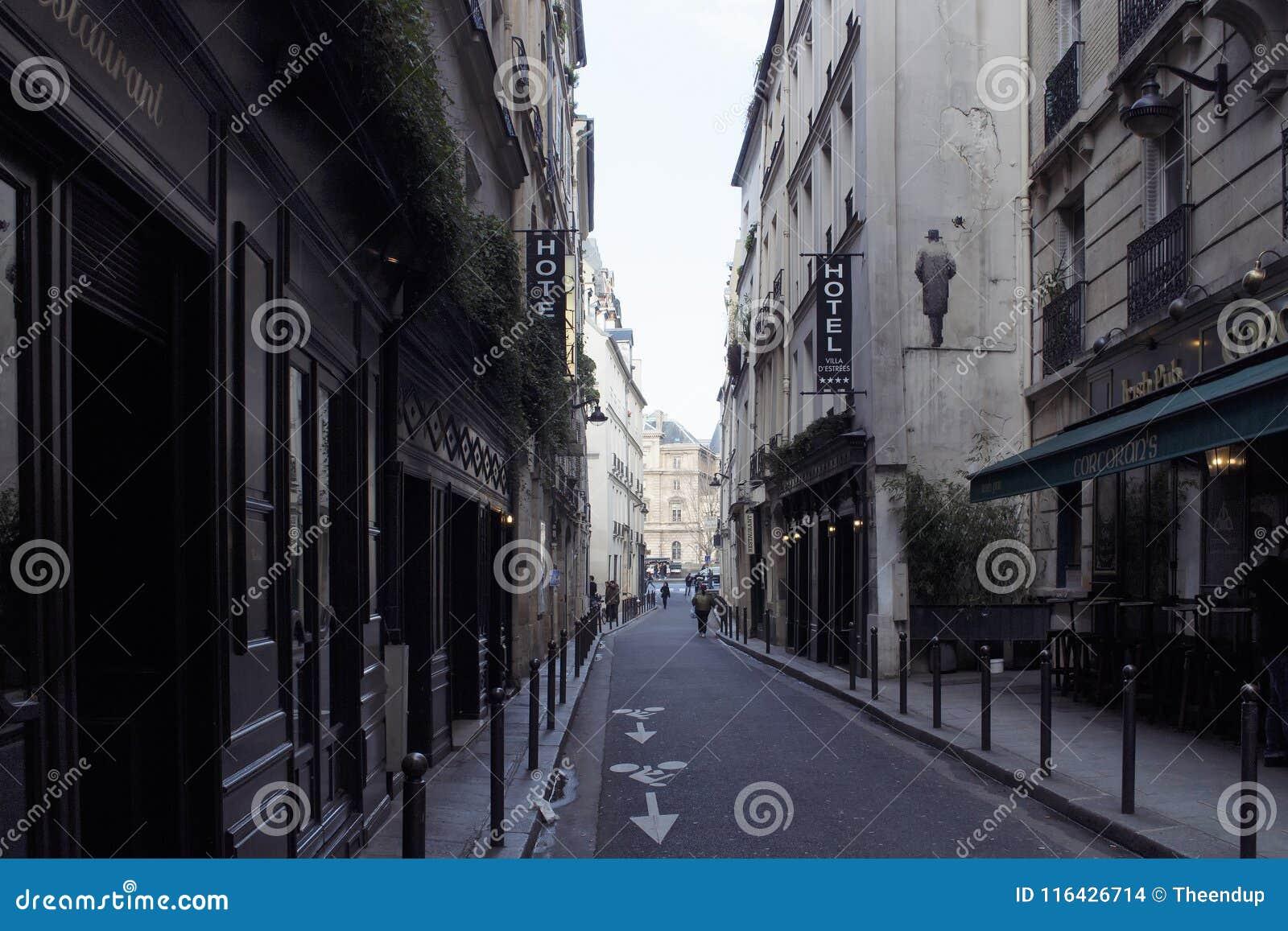 Opinião um pessoa na área de St Germain de Paris