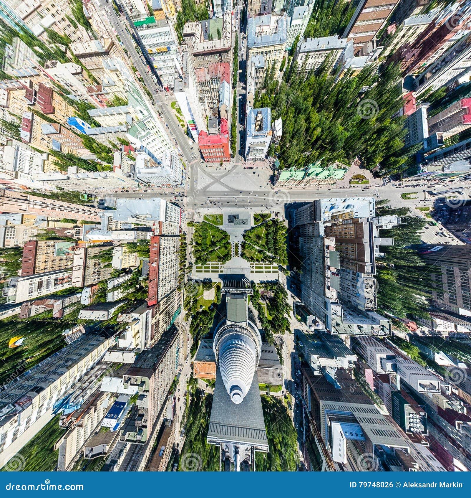 Opinión aérea de la ciudad con los caminos, las casas y los edificios
