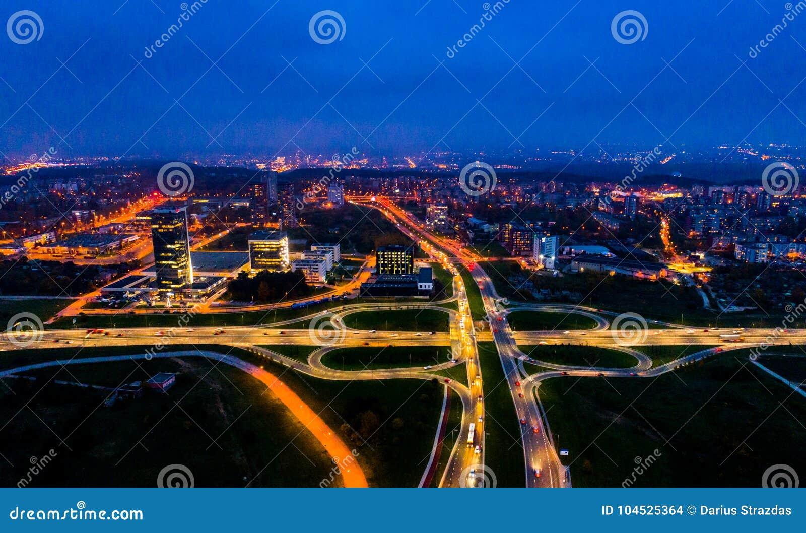 Opinión aérea de la ciudad en la noche, Vilna