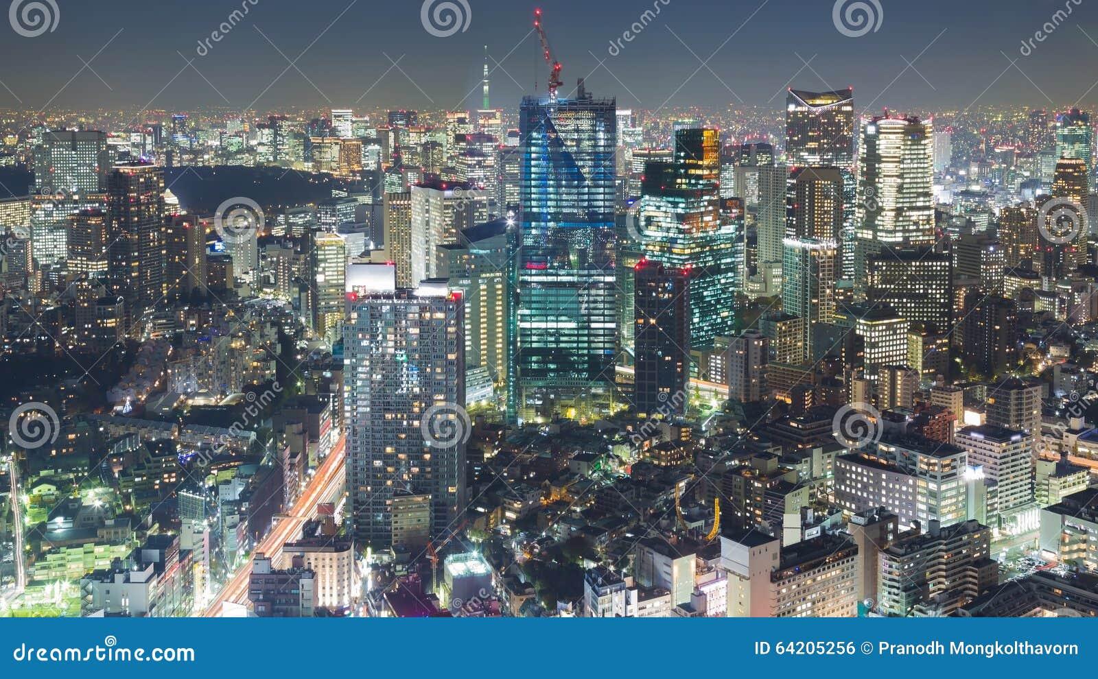 Opinión aérea de la noche de Tokio céntrica en la noche