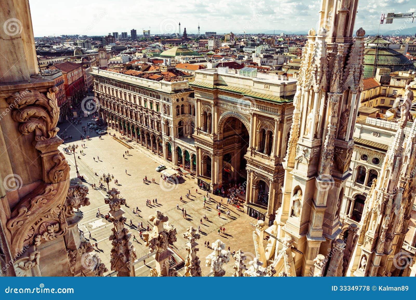 Opinión aérea del cuadrado de ciudad de Milano