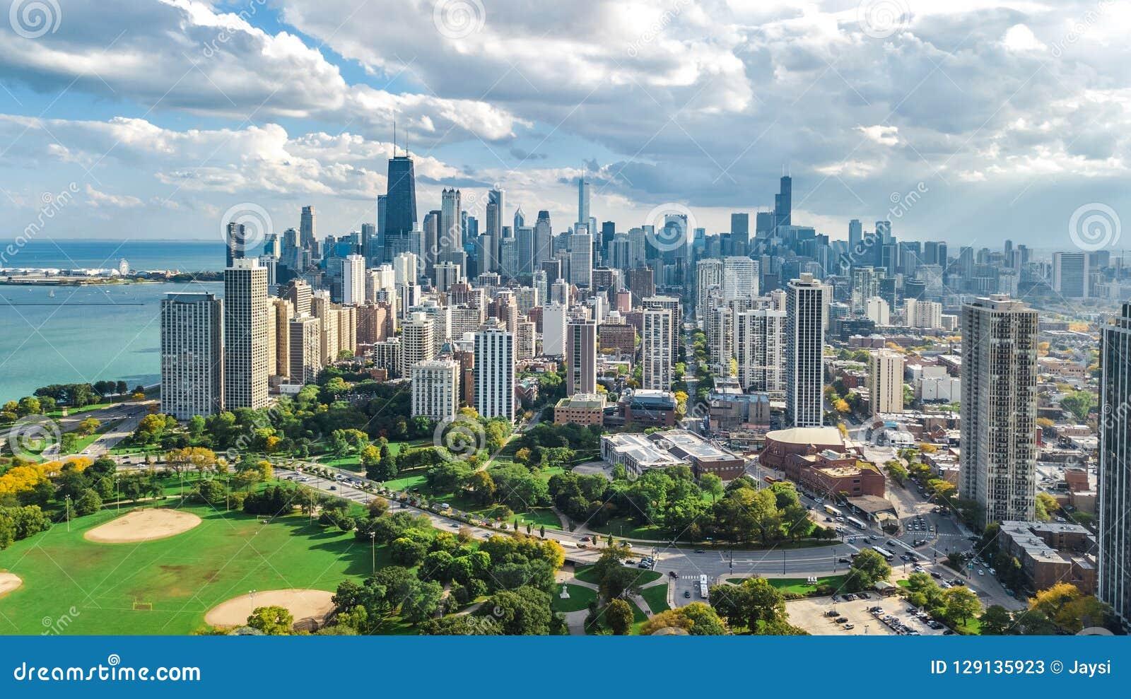 Opinión aérea del horizonte de Chicago desde arriba, el lago Michigan y ciudad del paisaje urbano céntrico de los rascacielos de