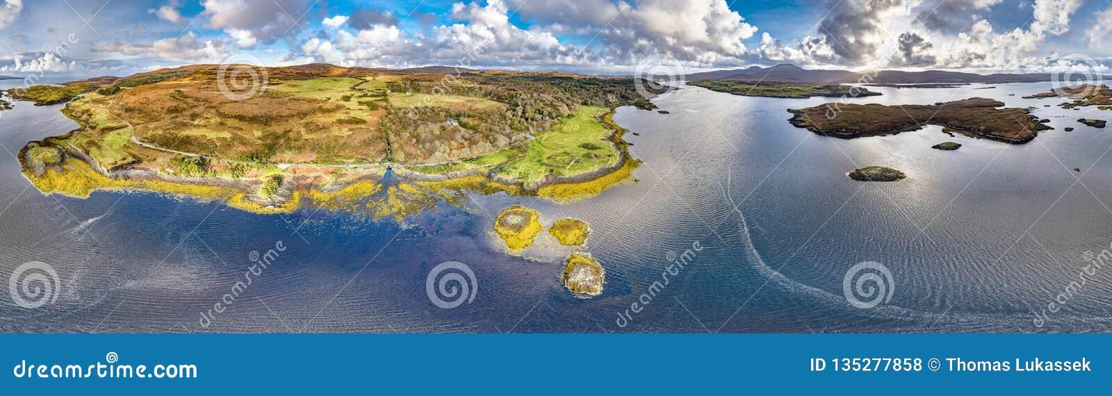 Opinión aérea del otoño del castillo de Dunvegan, isla de Skye