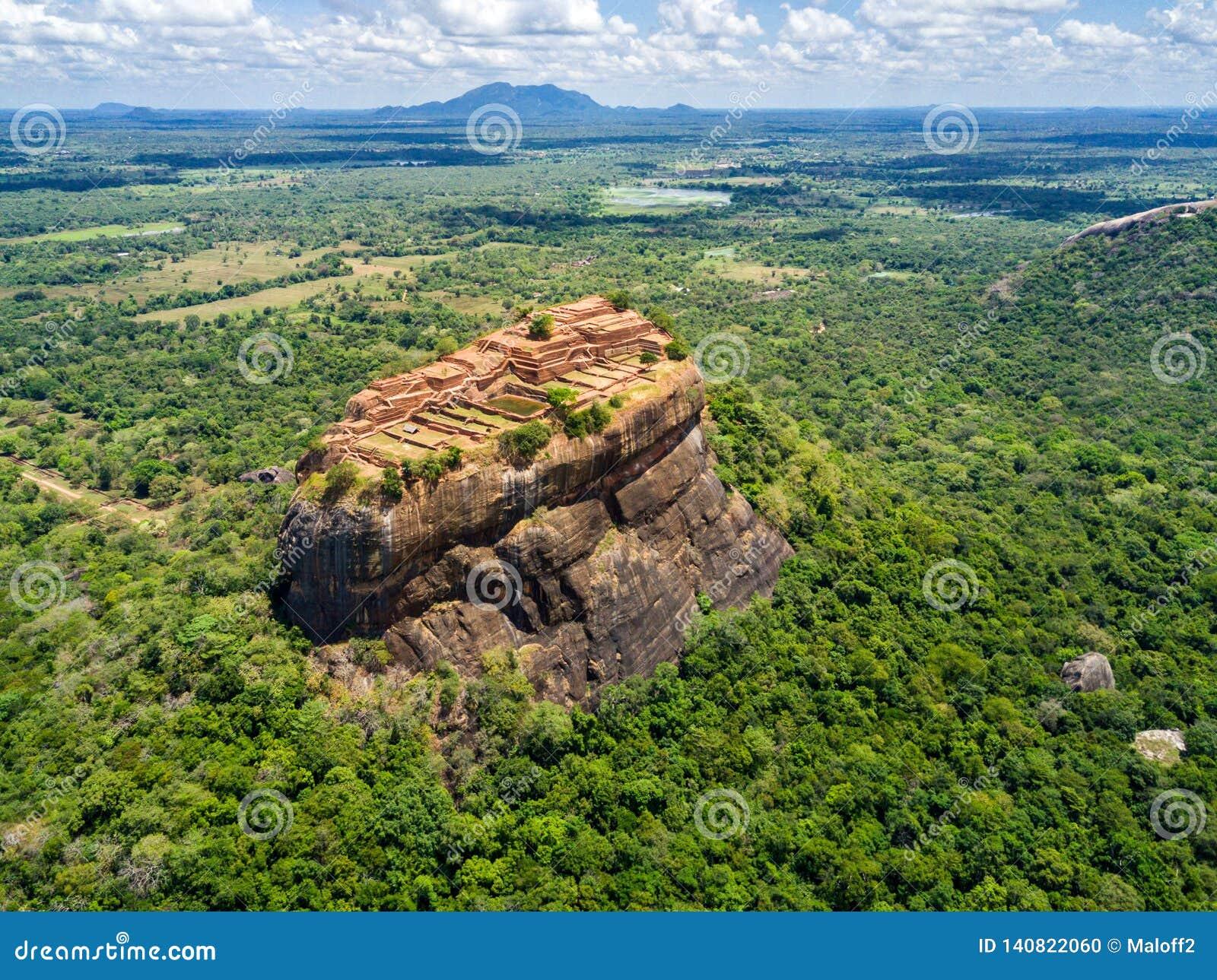Opinión aérea desde arriba de Sigiriya o de Lion Rock, una fortaleza antigua, palacio con el terracesin Dambulla, Sri Lanka