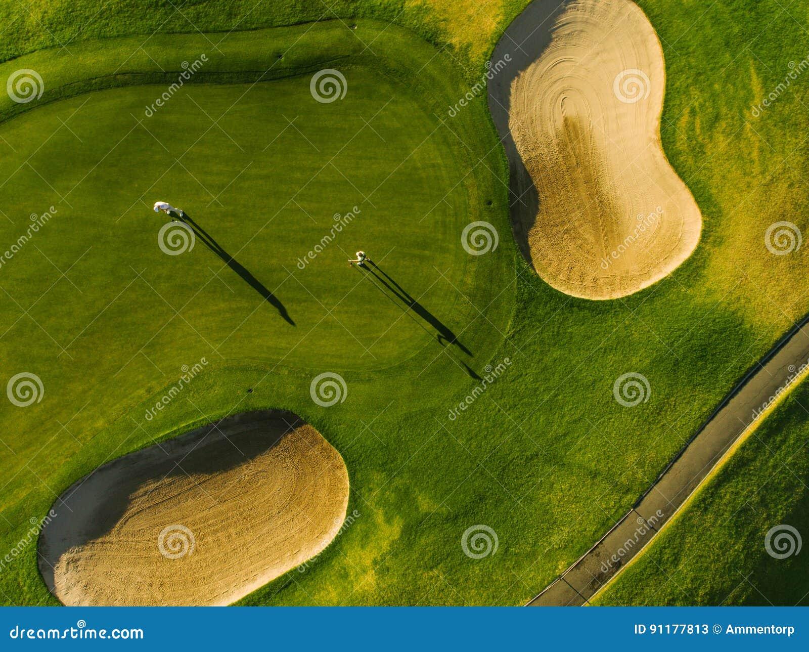 Opinión aérea golfistas en putting green