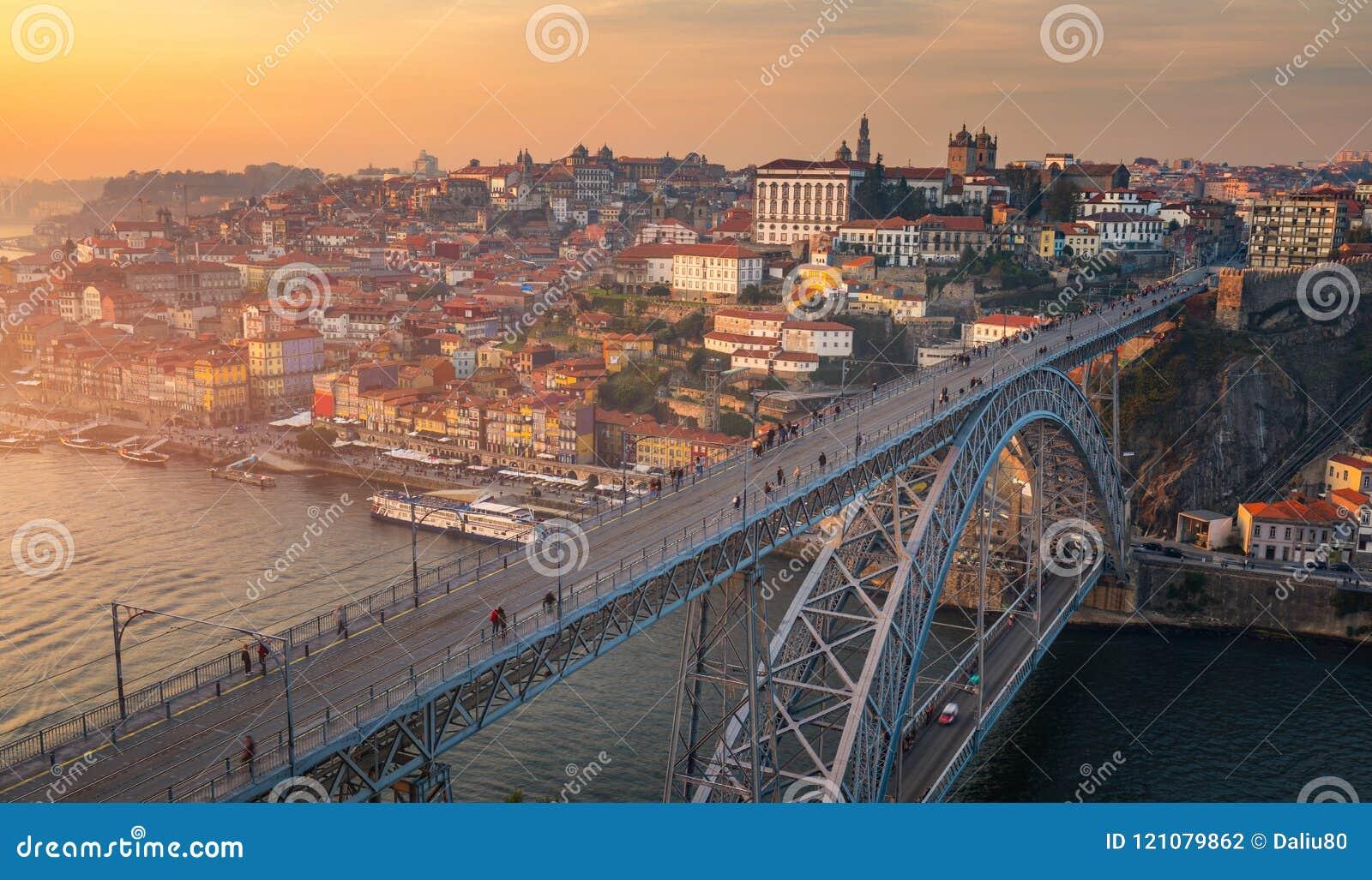 Opinión aérea panorámica de Oporto Dom Luis Bridge en la puesta del sol Oporto,