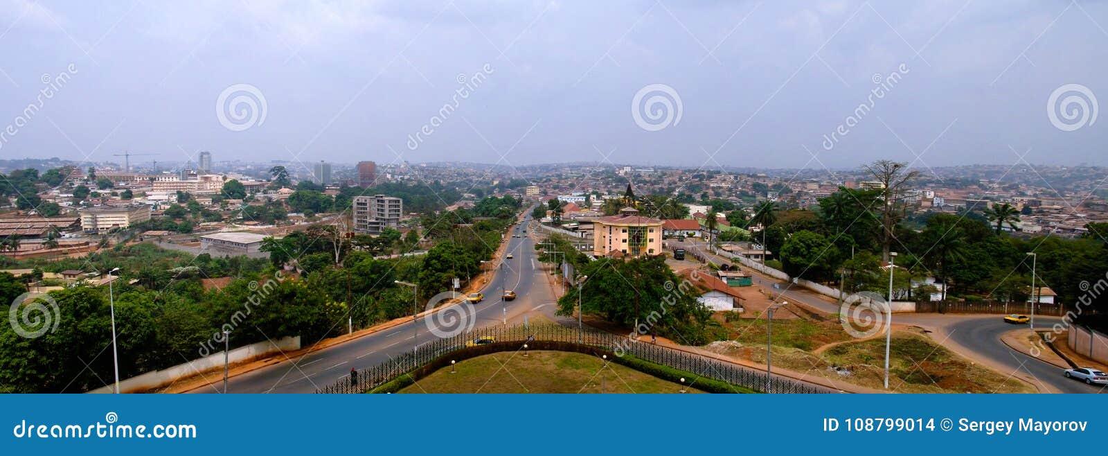 Opinión aérea a Yaounde, la capital del paisaje urbano del Camerún