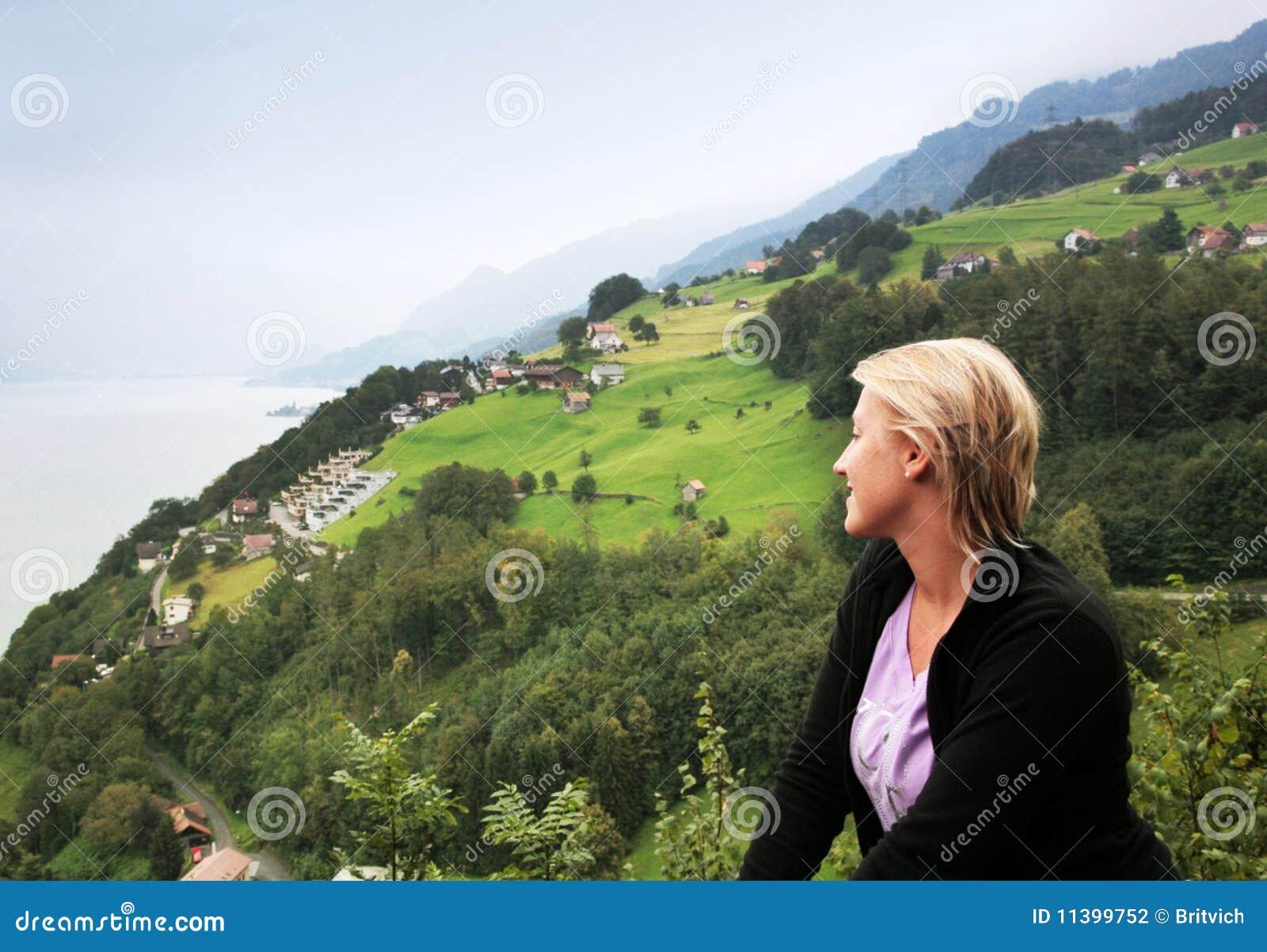 Opinión alpina brumosa del valle