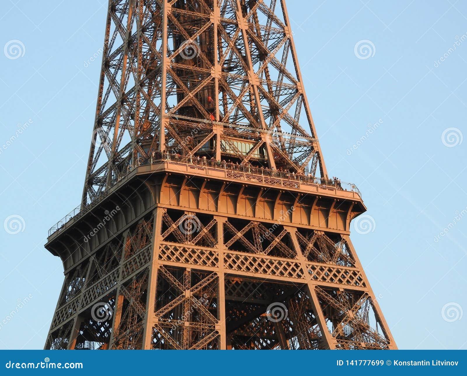 Opinión cercana de la torre Eiffel de la estructura en París, Francia