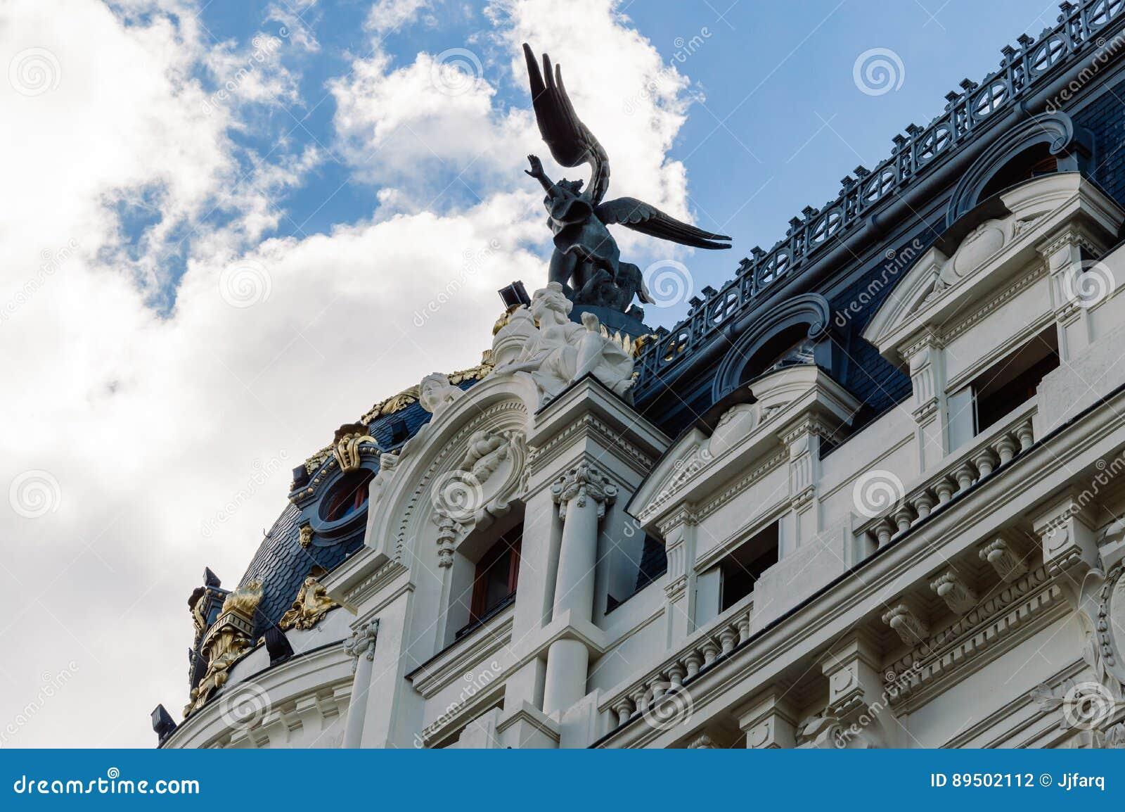 opinin de ngulo bajo de edificios en gran va la calle en madrid fotografa editorial