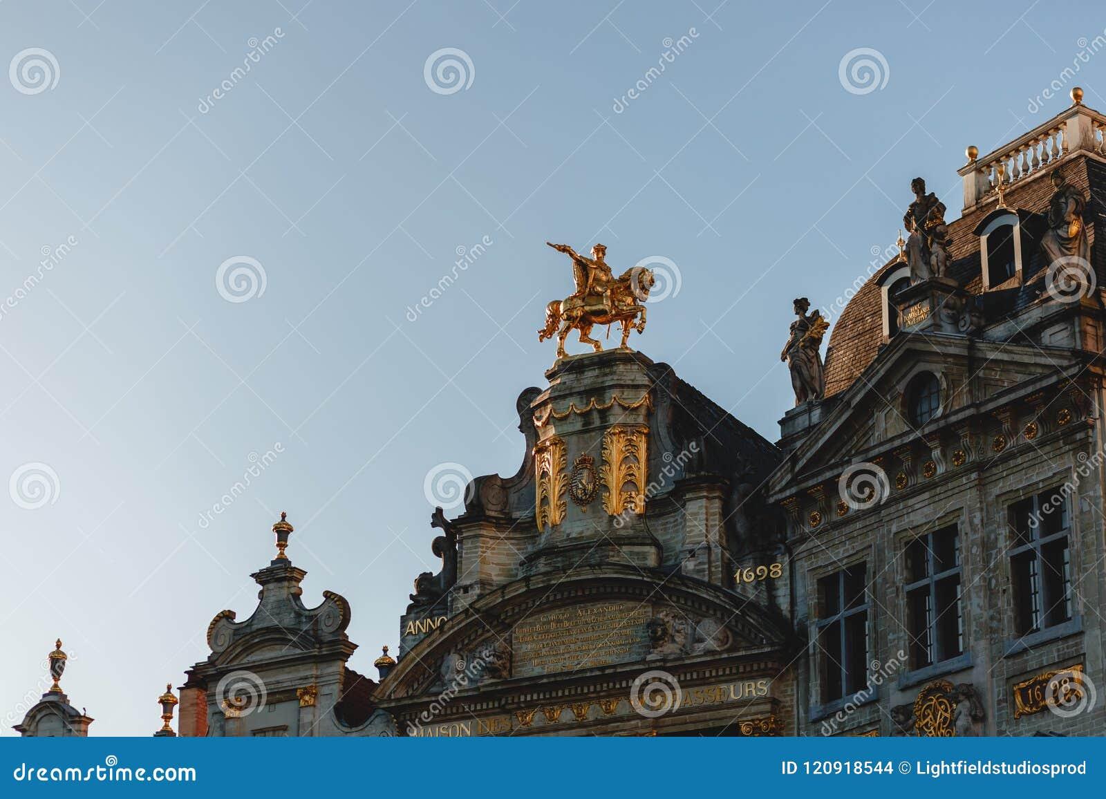 Opinión de ángulo bajo de estatuas en edificios antiguos