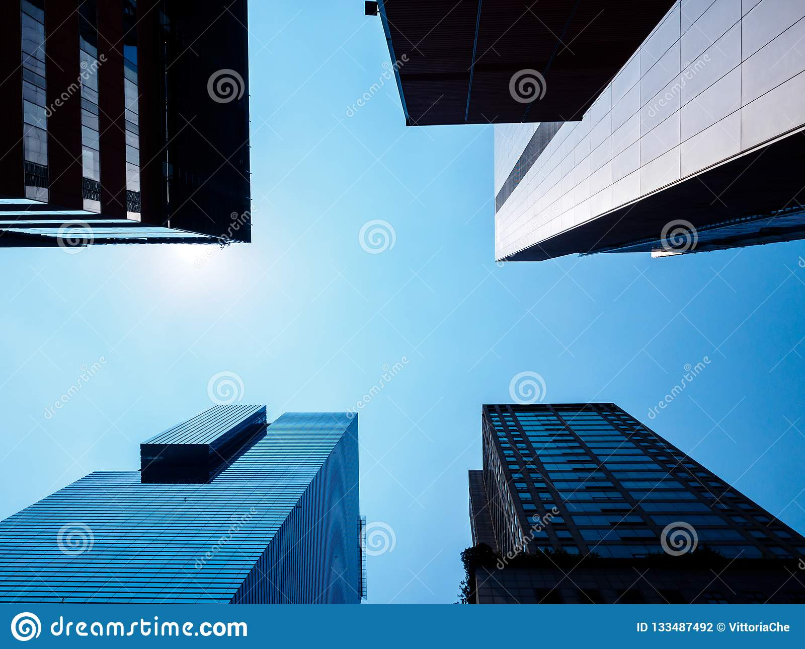 Opinión de ángulo bajo de rascacielos modernos en Seúl, Corea del Sur Perspectiva de debajo