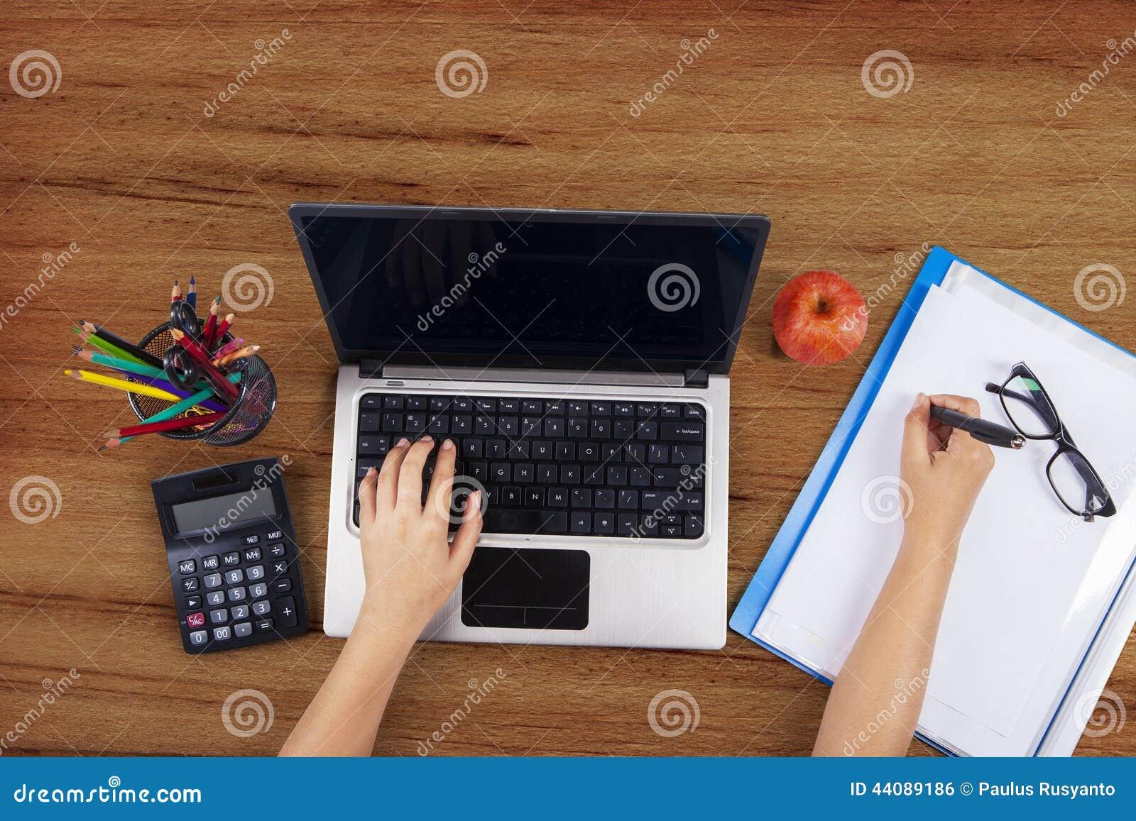 Opinión de alto ángulo de las manos del estudiante