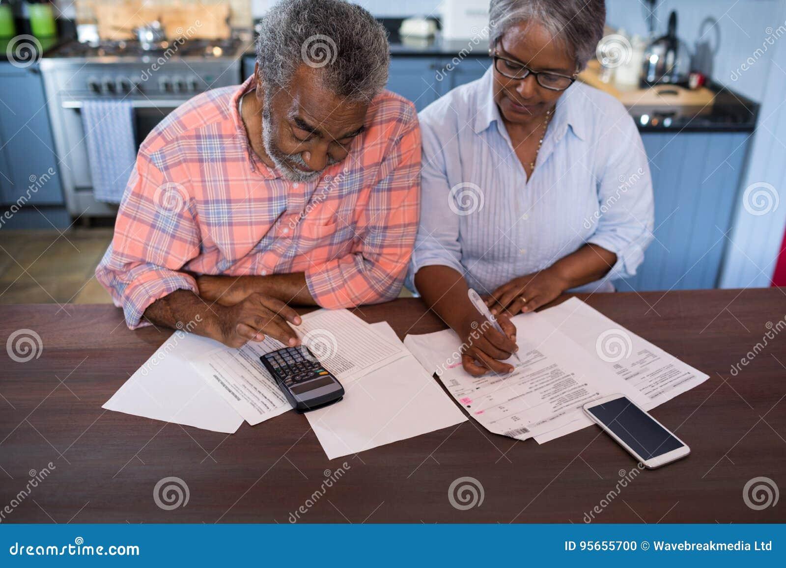 Opinión de alto ángulo de pares usando la calculadora
