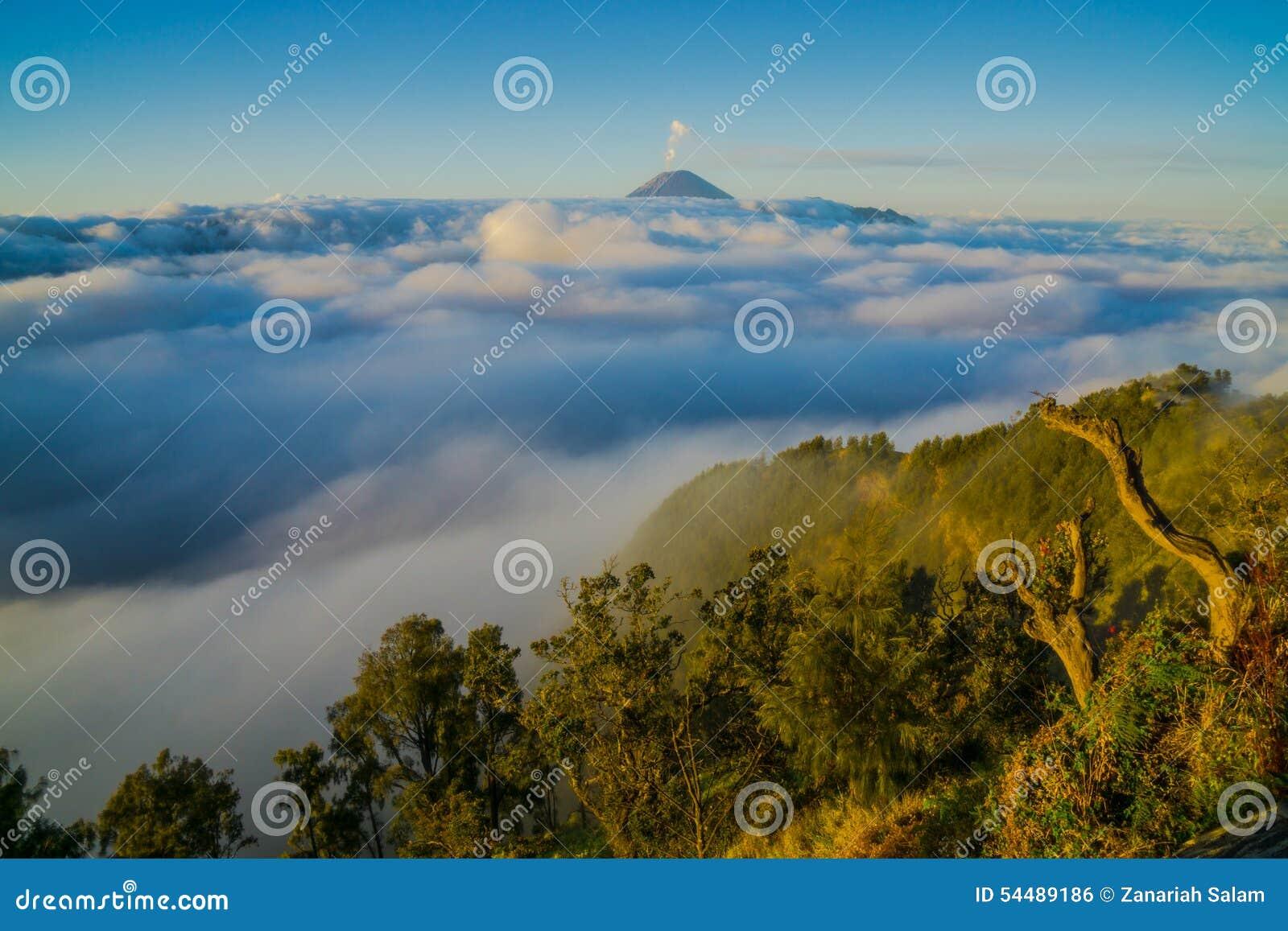 Opinión de alto ángulo del soporte Bromo cubierta con las nubes contra el cielo