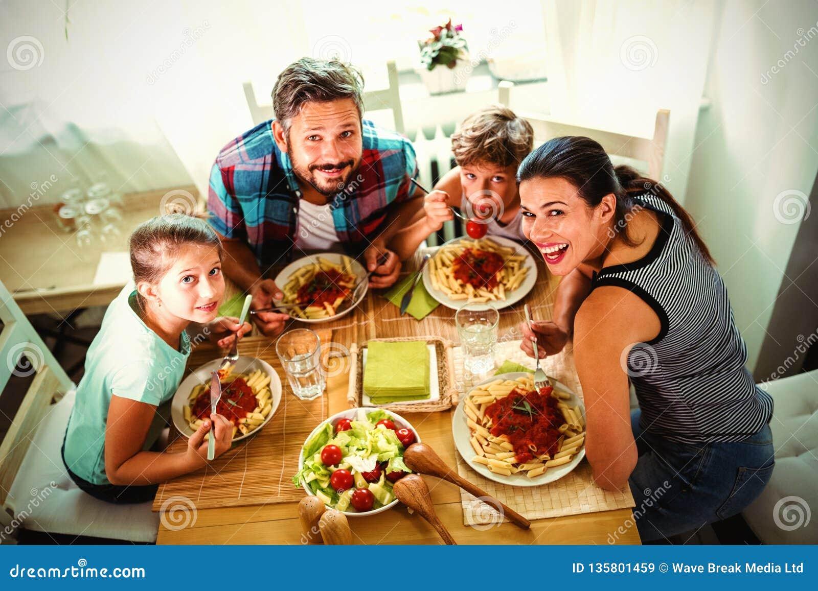 Opinión de alto ángulo la familia que tiene comida junto