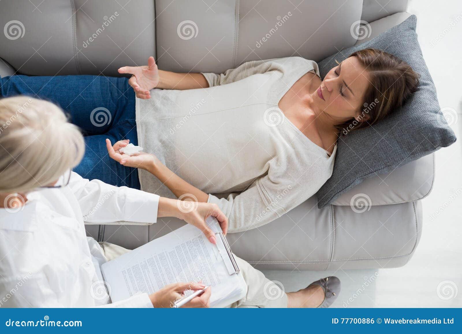 Opinión de alto ángulo la mujer que miente en el sofá del terapeuta